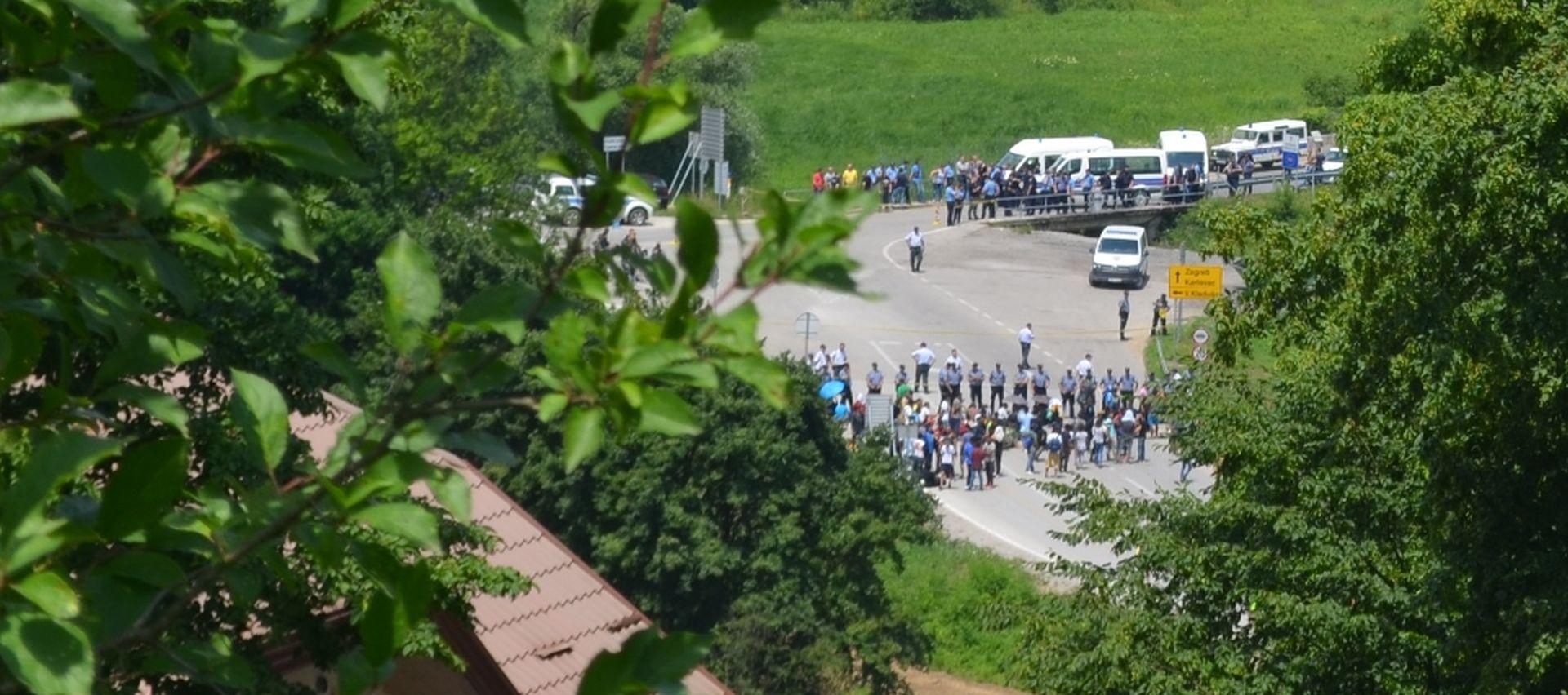 Migranti htjeli ući u Hrvatsku, traju pregovori s policijom