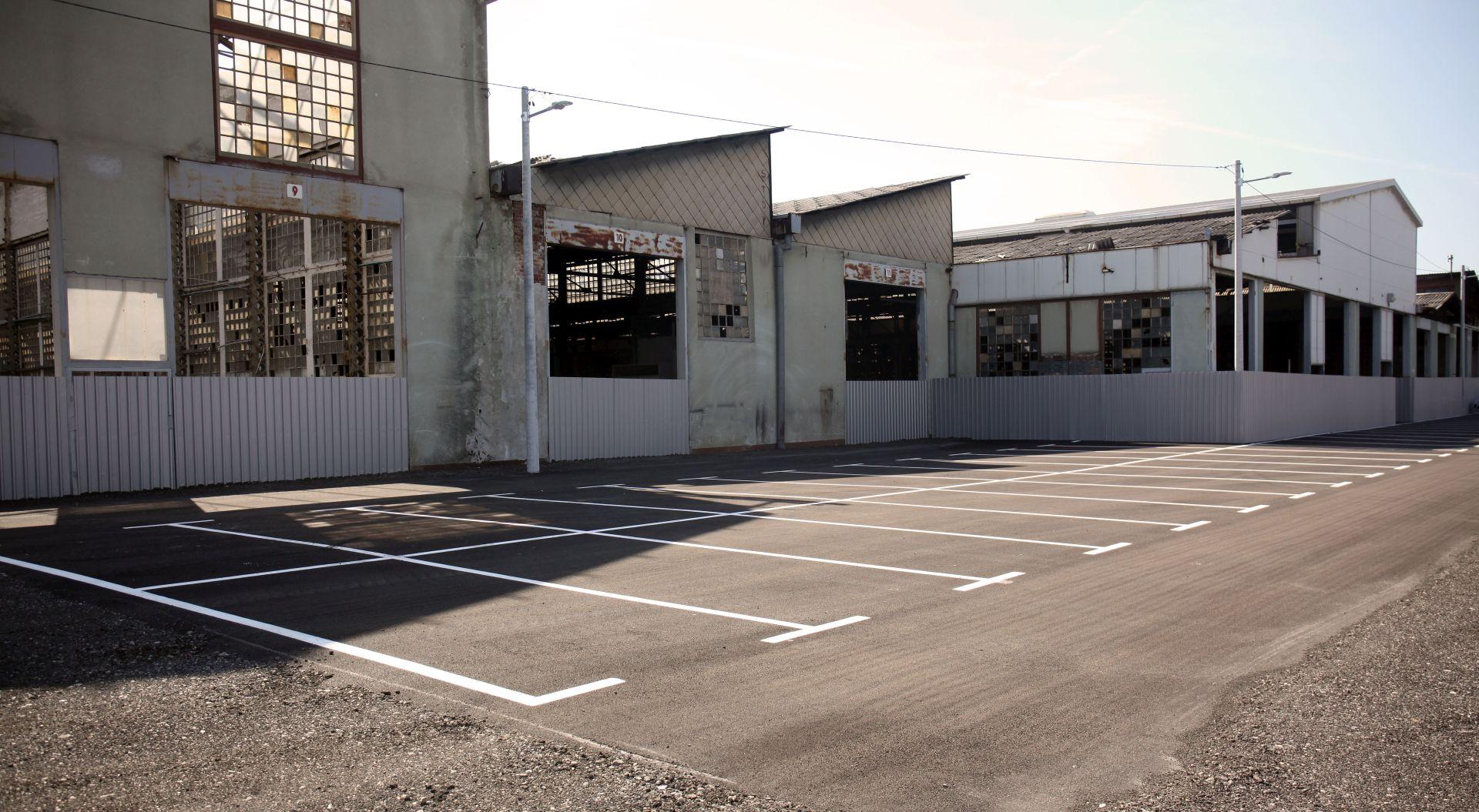 Otvoreno parkiralište unutar kompleksa TŽV Gredelj