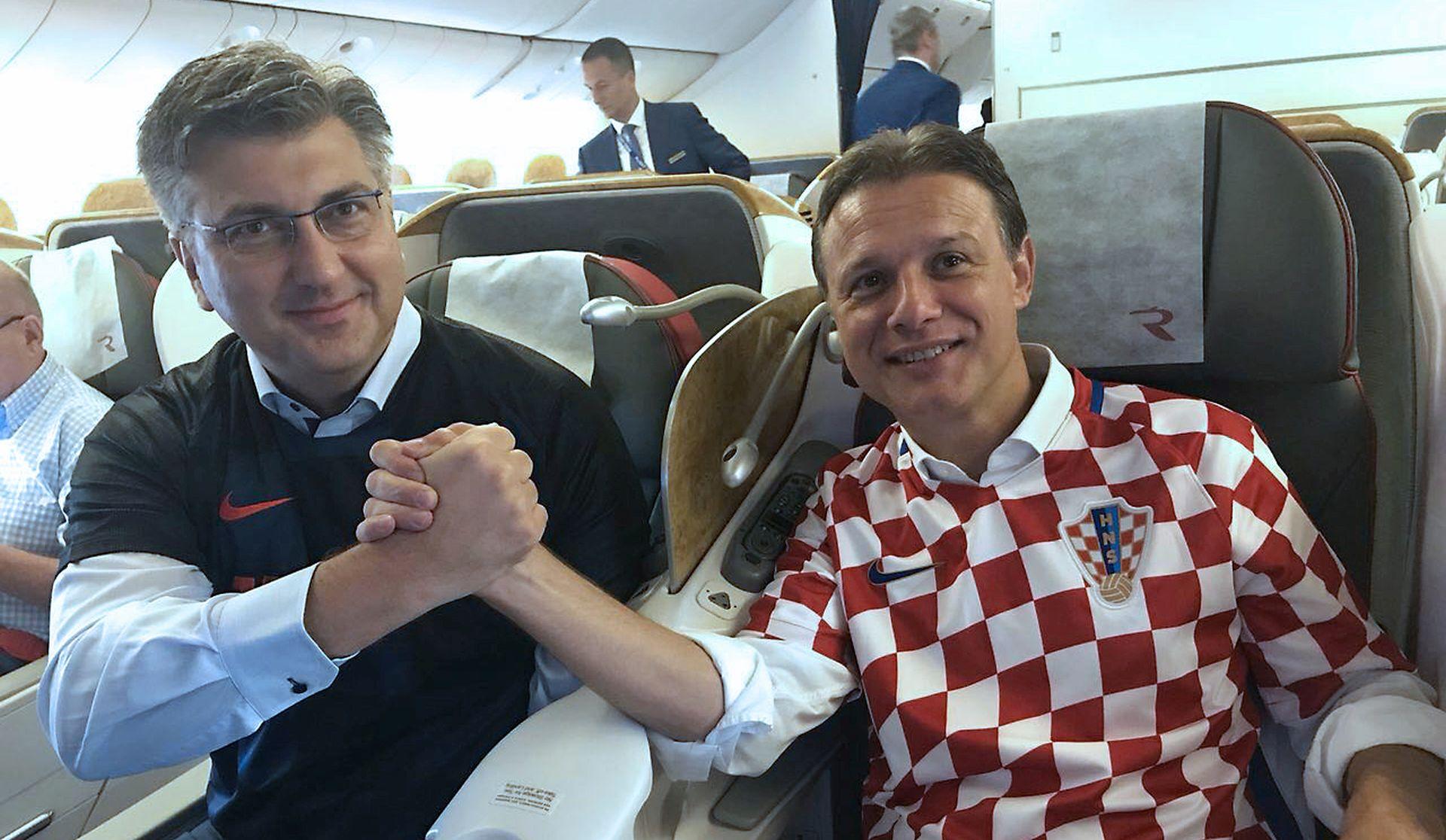 VIDEO: Plenković objavio snimku sjajne atmofere iz 'navijačkog' aviona