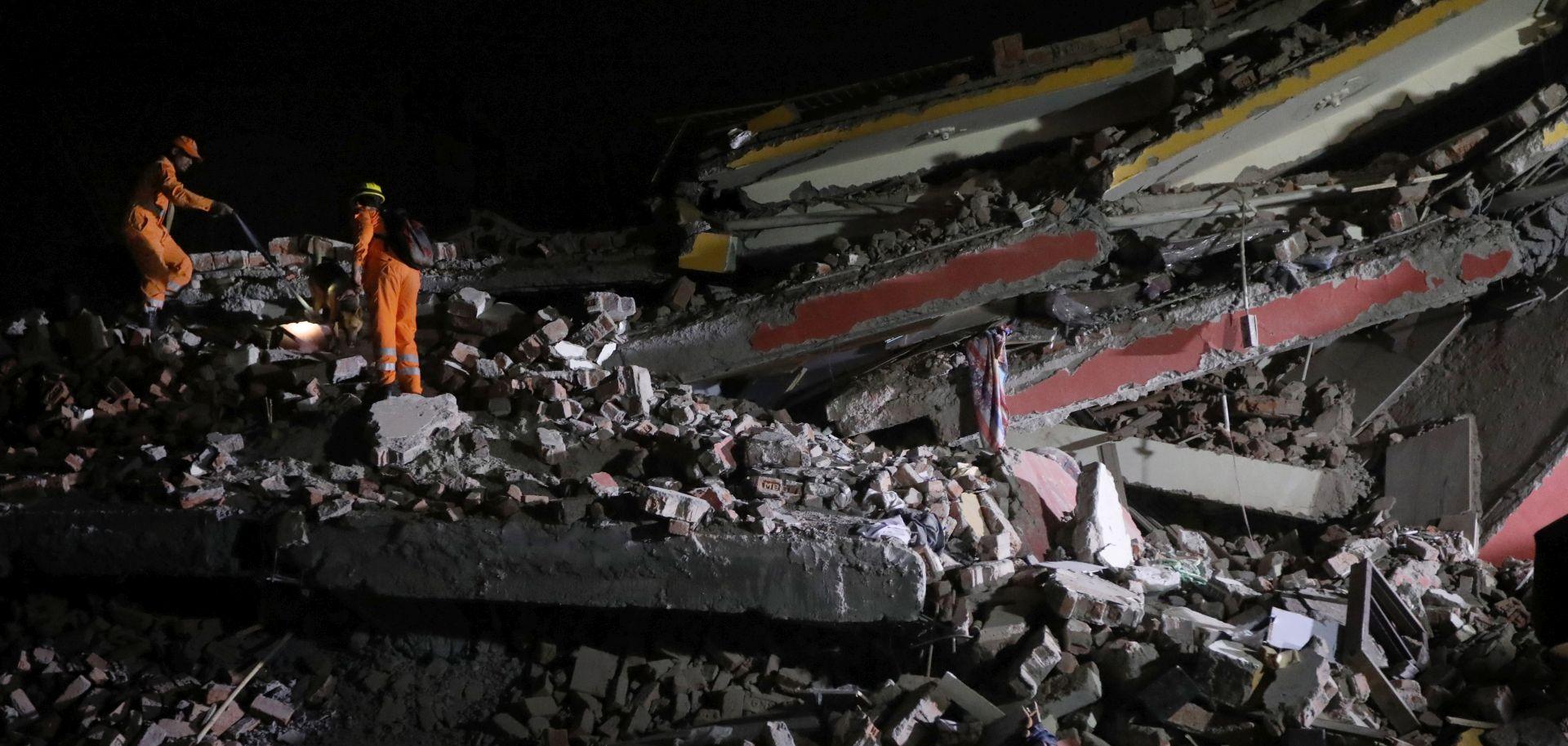 U Indiji se srušila šestorokatnica, poginule dvije osobe, 50 zatrpanih
