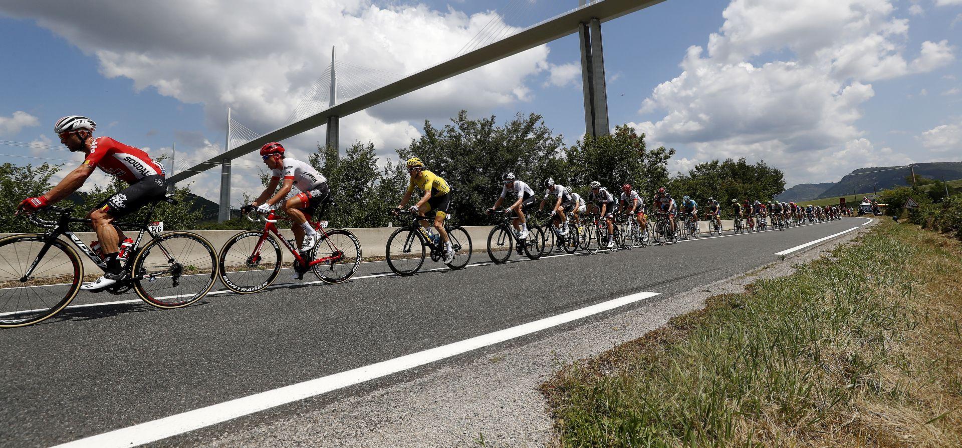Nezadovoljni farmeri nakratko prekinuli 16. etapu Toura, policija ih rastjerala suzavcem