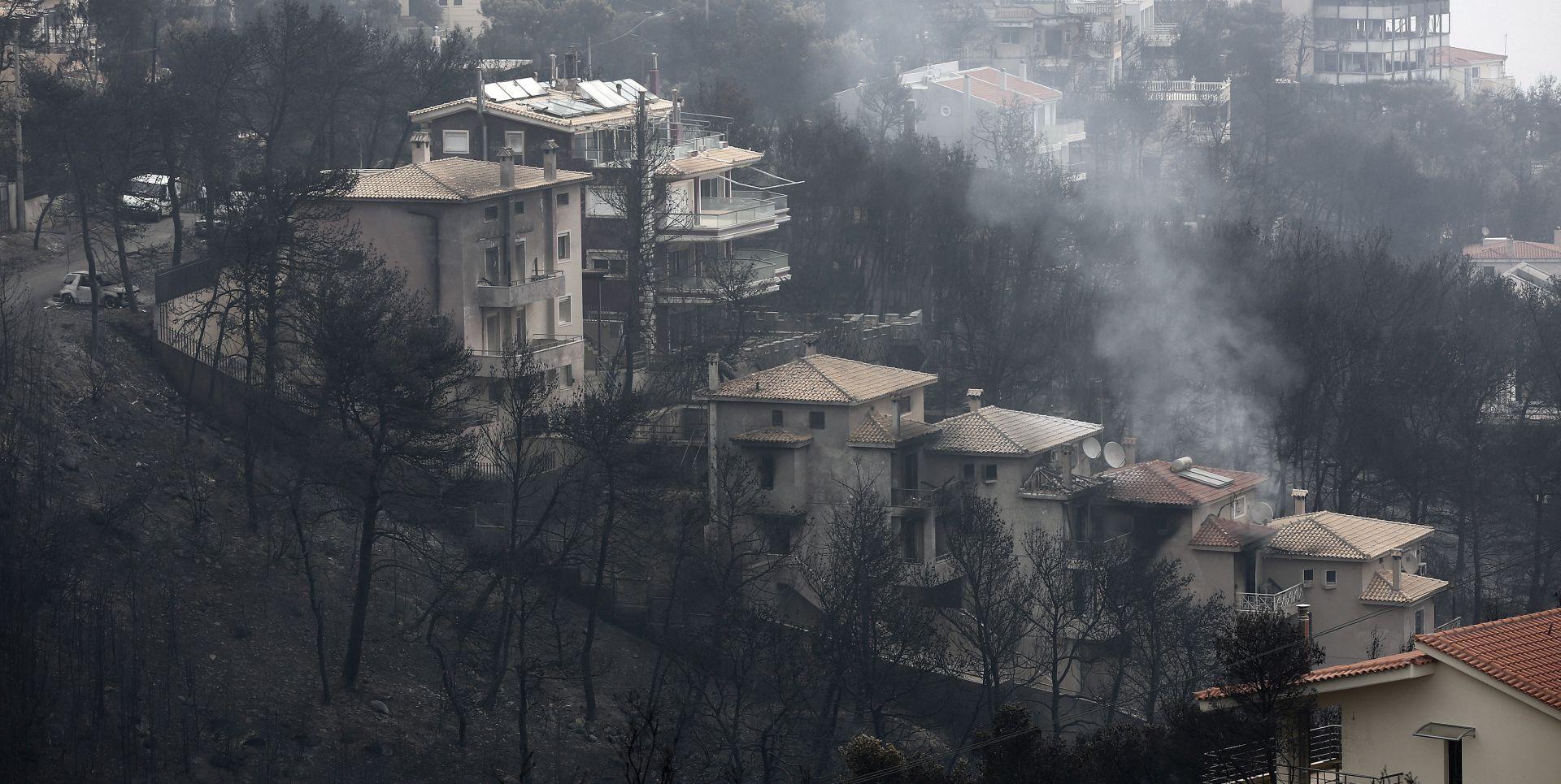 Grčki spasioci pretražuju izgorjele kuće u potrazi za preživjelima