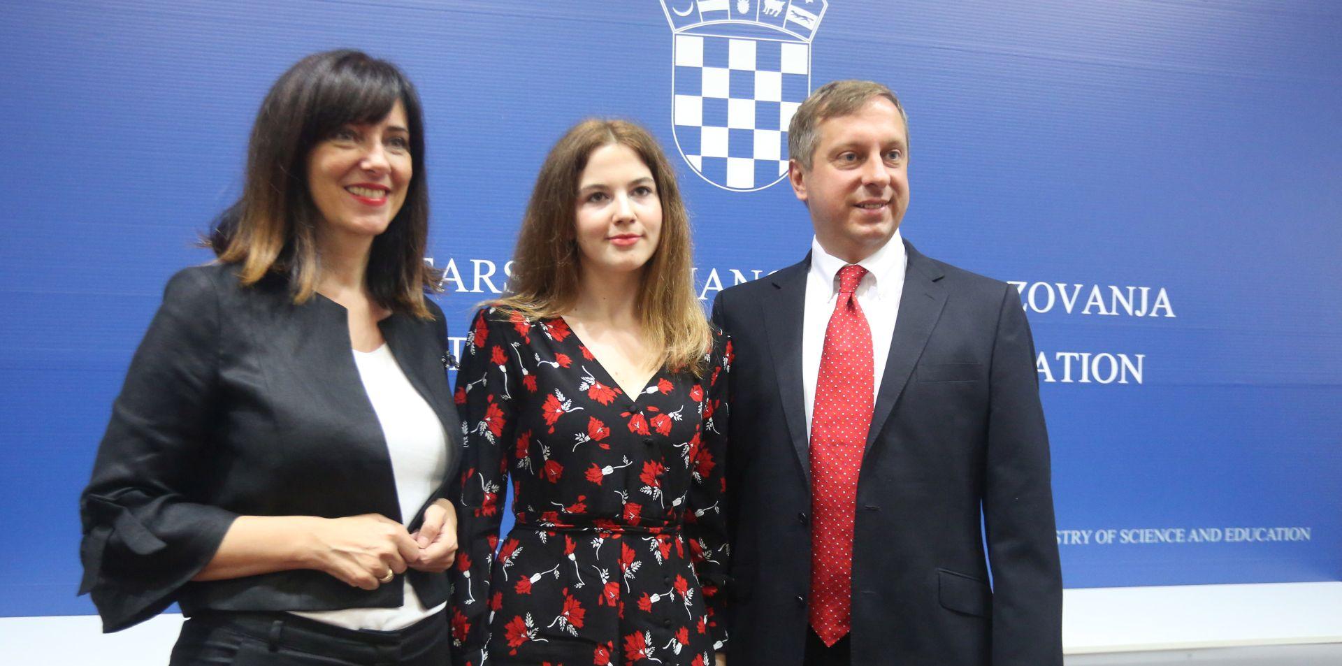 Nagrada Soljačić uručena učenici Ivi Madunić