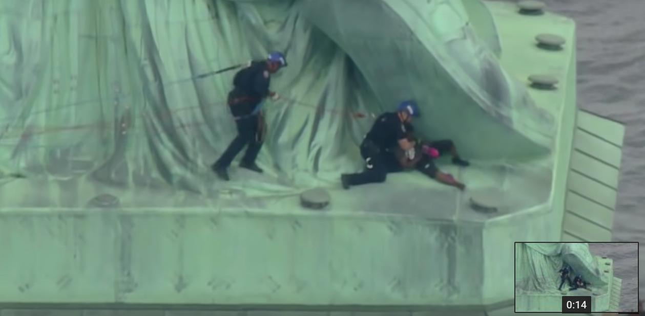 Popela se na Kip slobode iz prosvjeda protiv Trumpove politike