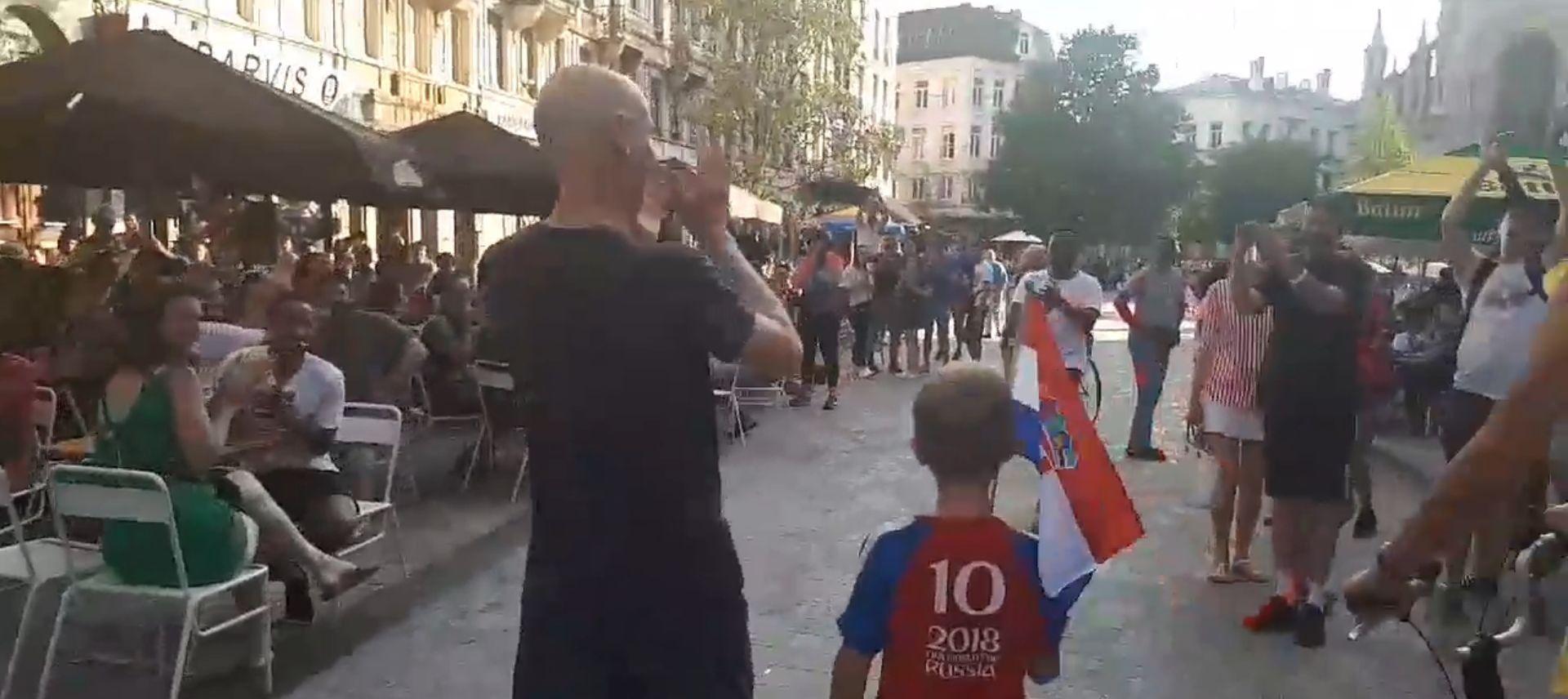 DIRLJIV VIDEO IZ BRUXELLESA Spontani pljesak dječaku s hrvatskom zastavicom
