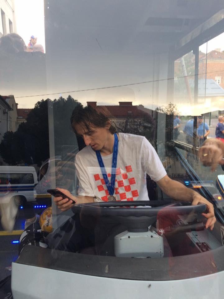LUDILO Luka Modrić sjeo za volan autobusa