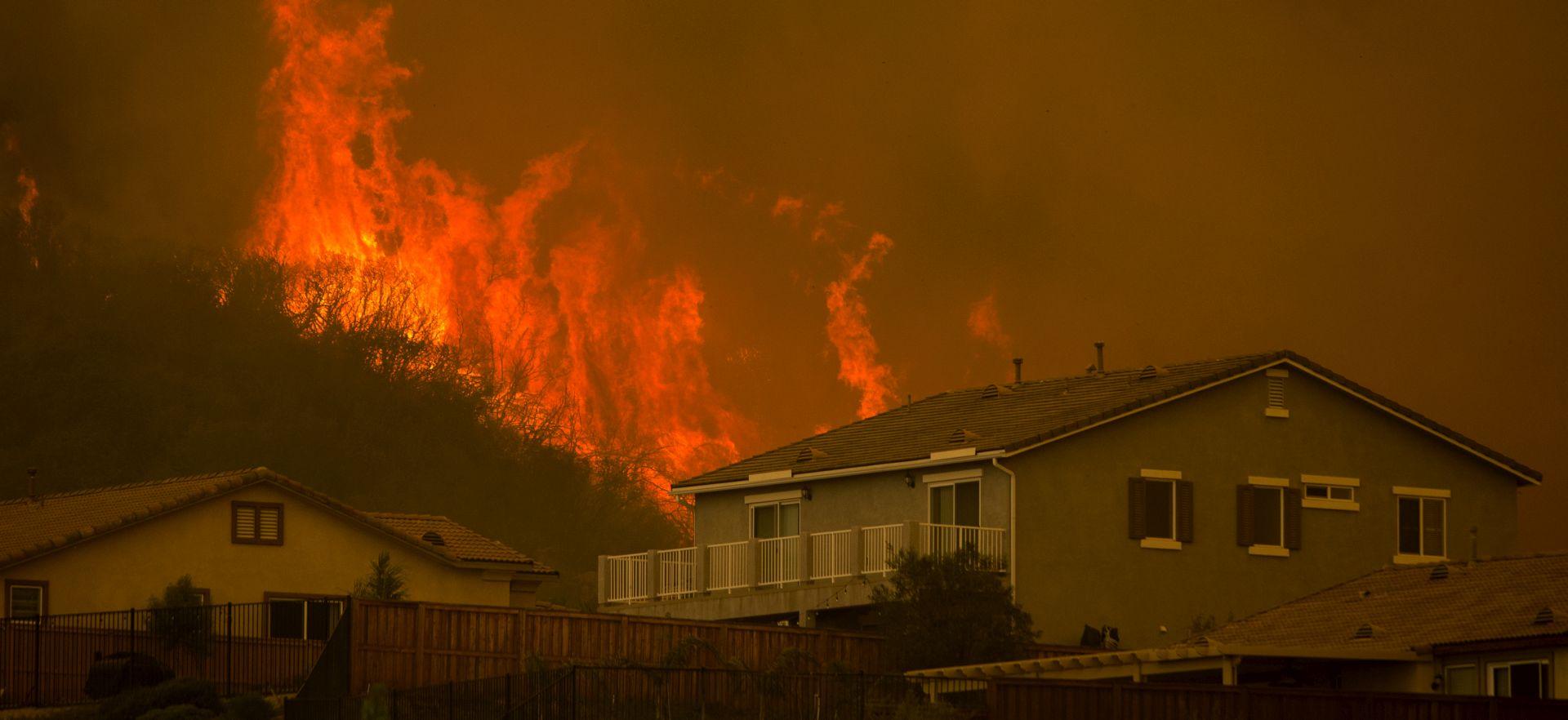 Agresivni požar prijeti tisućama kuća u južnoj Kaliforniji
