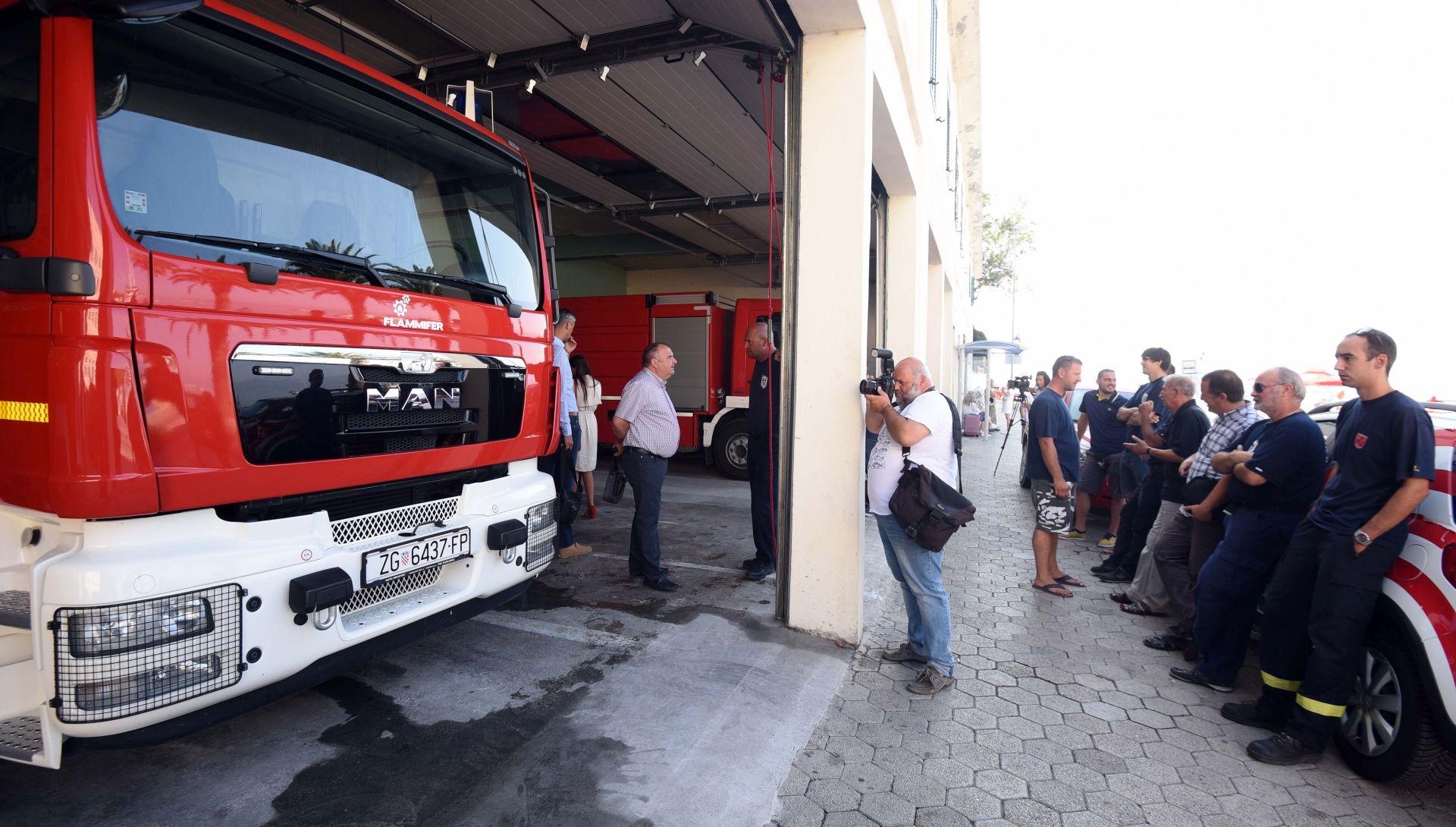 Omiški vatrogasci dobili dva zamjenska vozila-cisterne