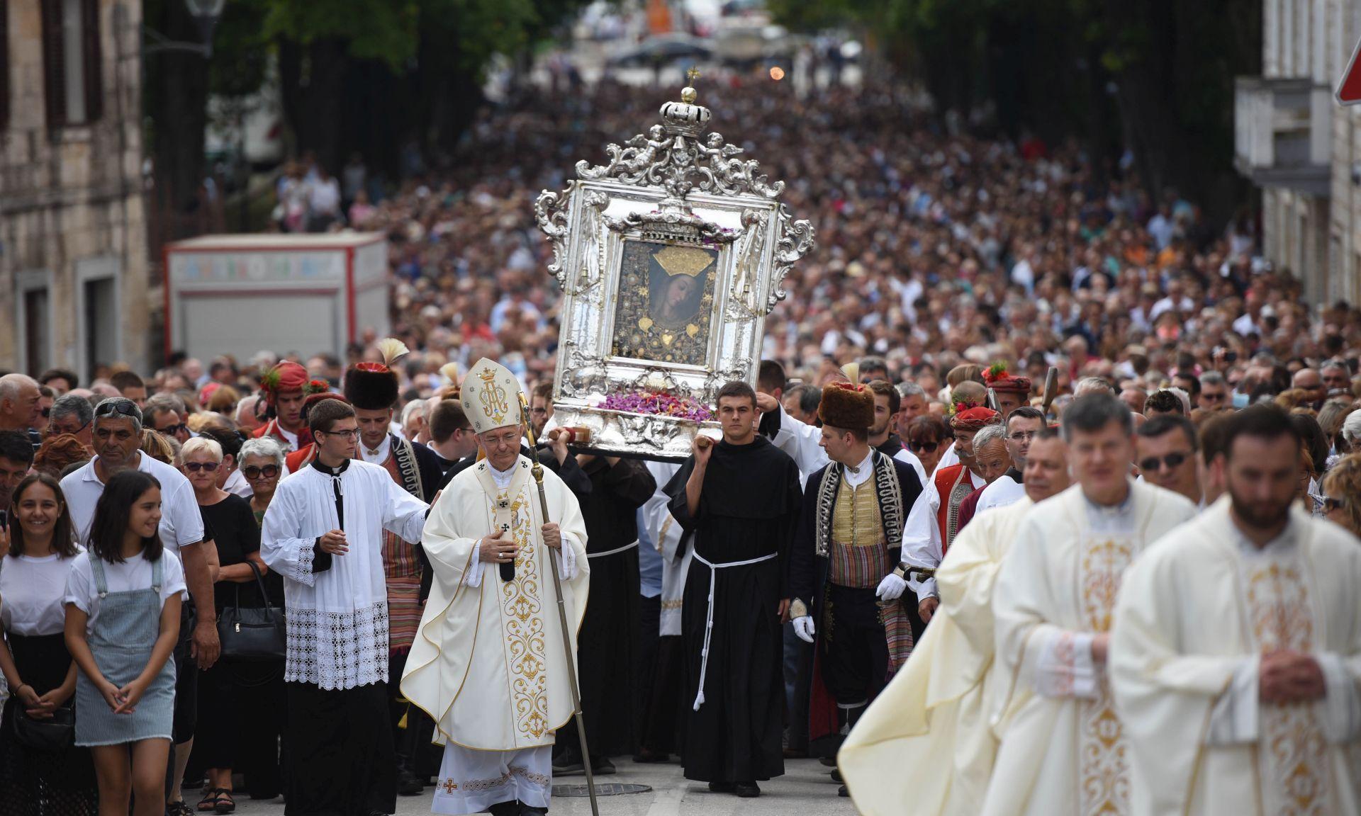 U svečanoj procesiji u Sinju više desetaka tisuća vjernika