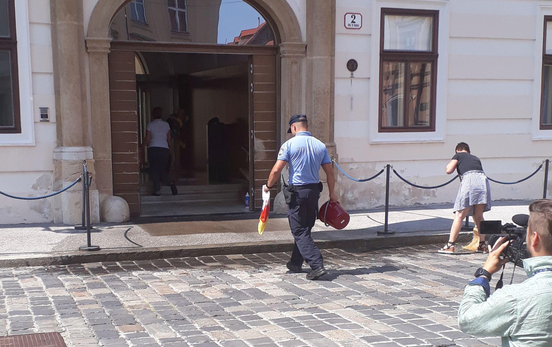 Javila se novinarka koja je bacila kantu izmeta pred Vladu