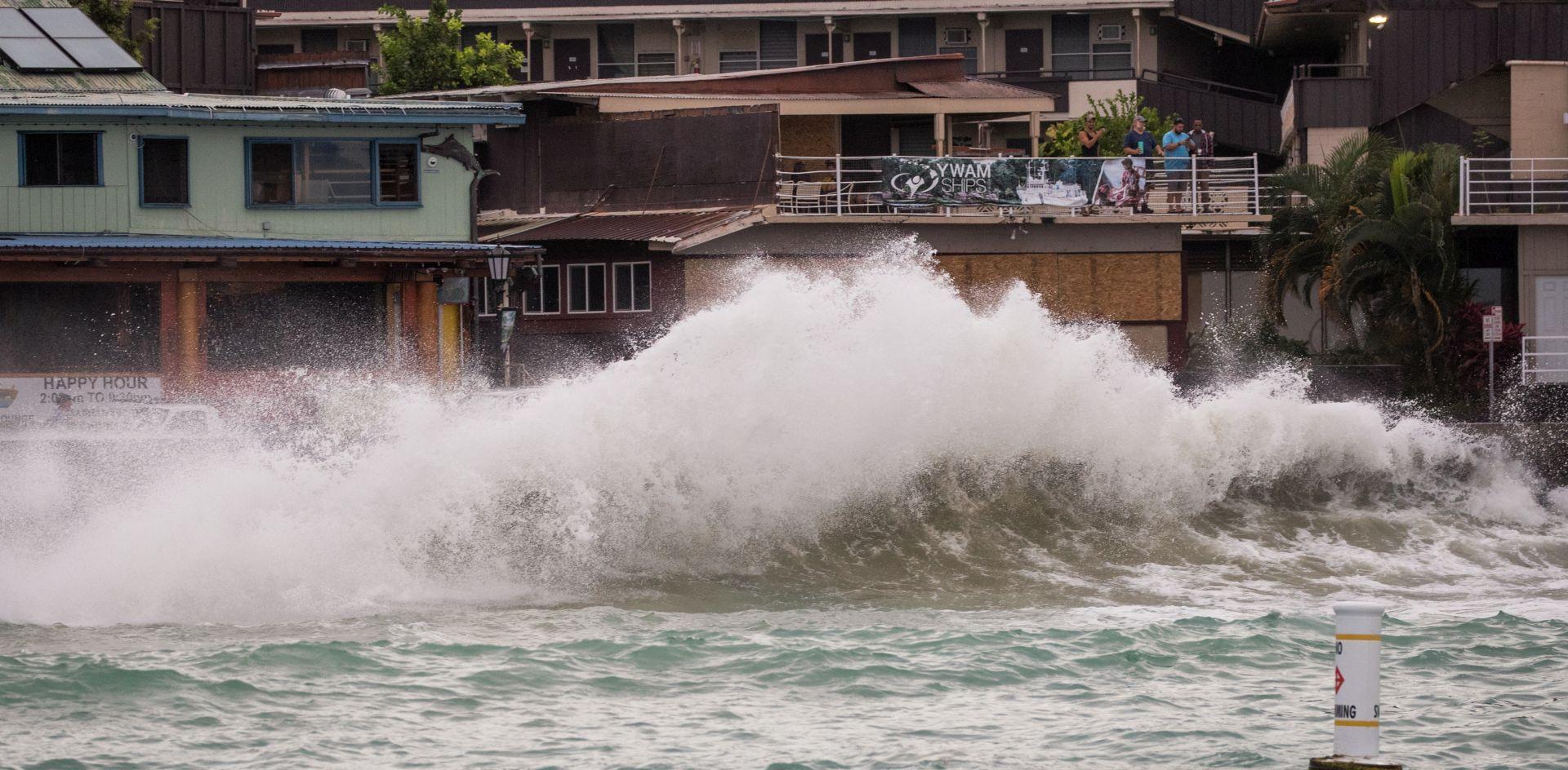 URAGAN LANE Poplave i odroni tla na Havajima