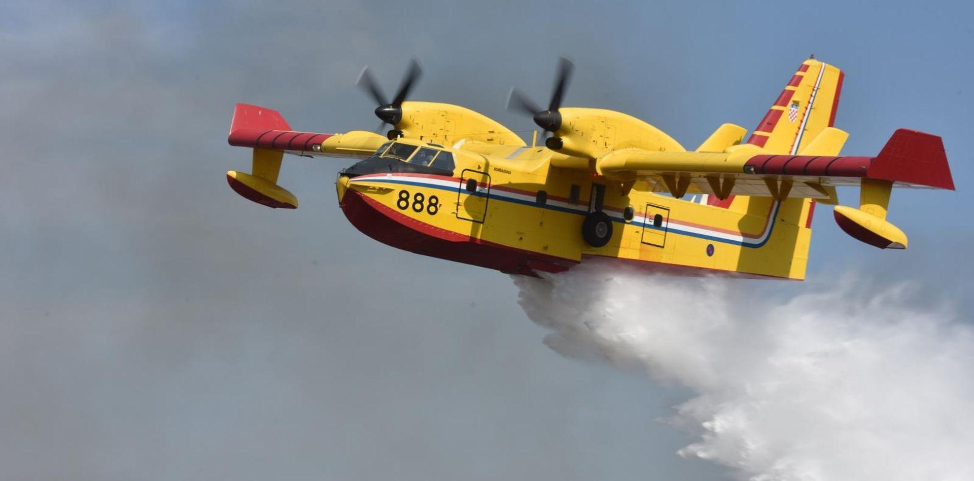 Požar na Paklinskim otocima gasila dva kanadera, vatra se približila kućama
