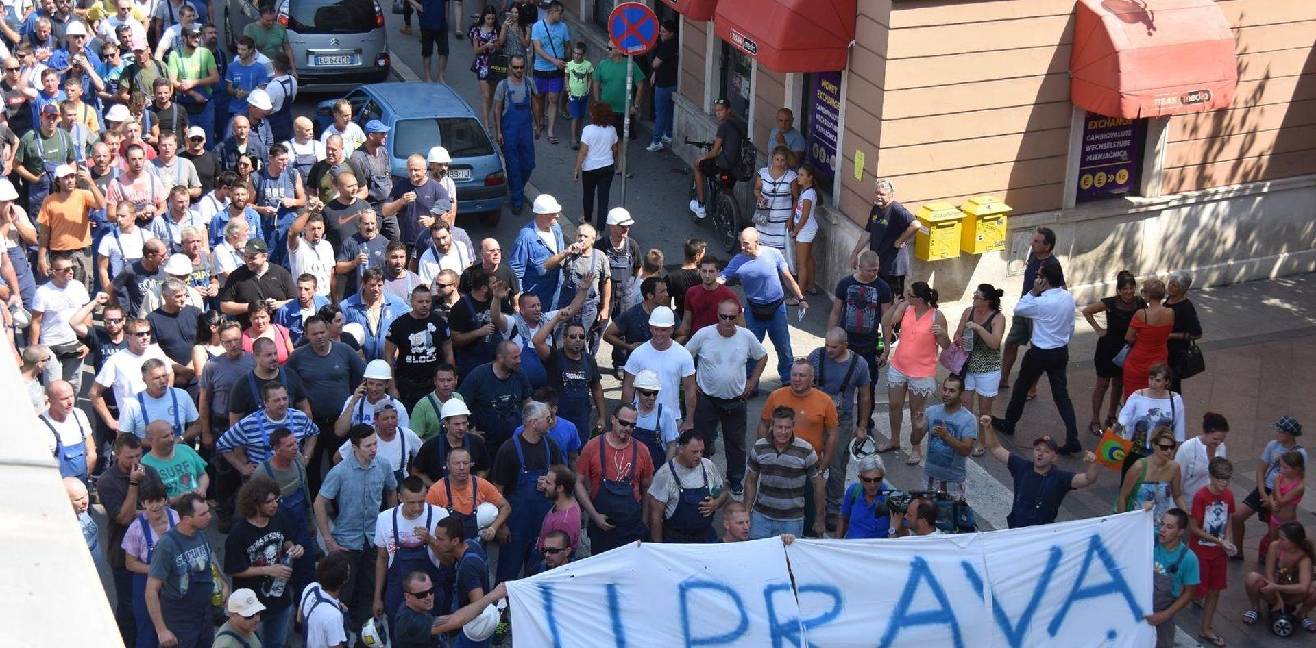 Radnici Uljanika u mimohodu koji podržavaju sva tri sindikata