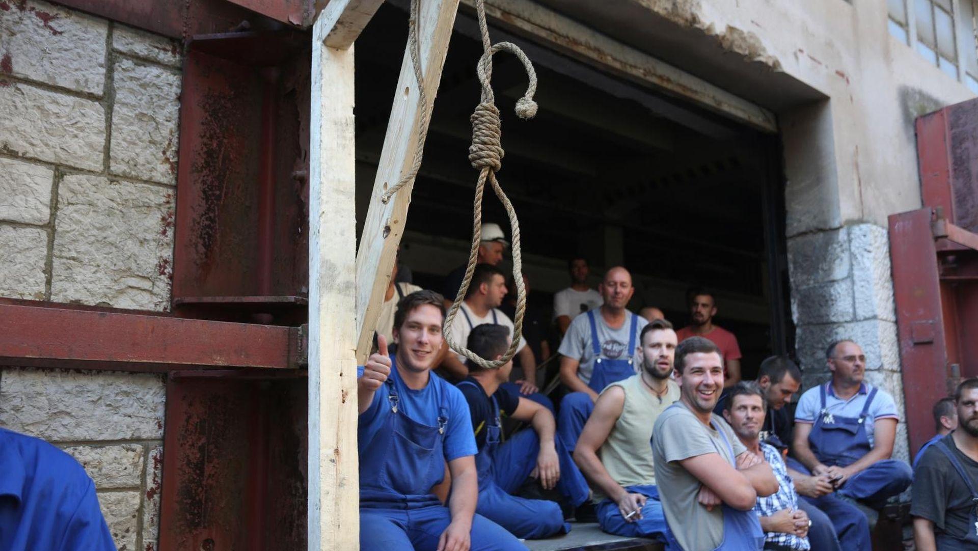 FOTO: Radnici 3. maja postavili vješala u brodogradilištu