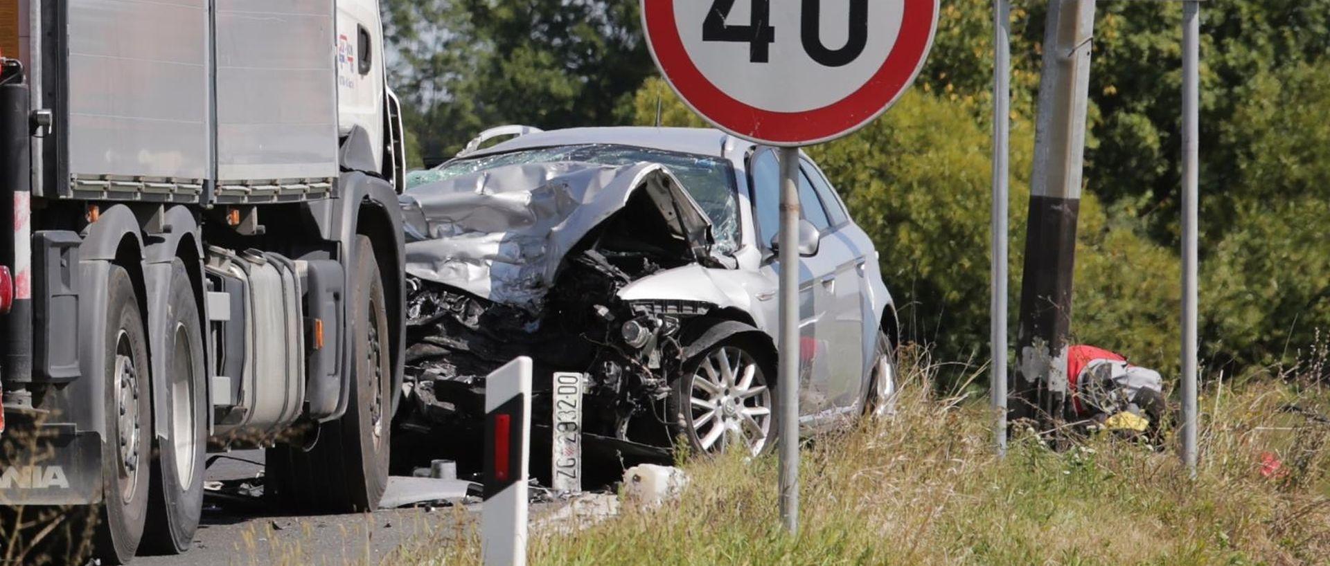 STRAŠNA NESREĆA U SAMOBORU 86-godišnjak se frontalno zabio u kamion