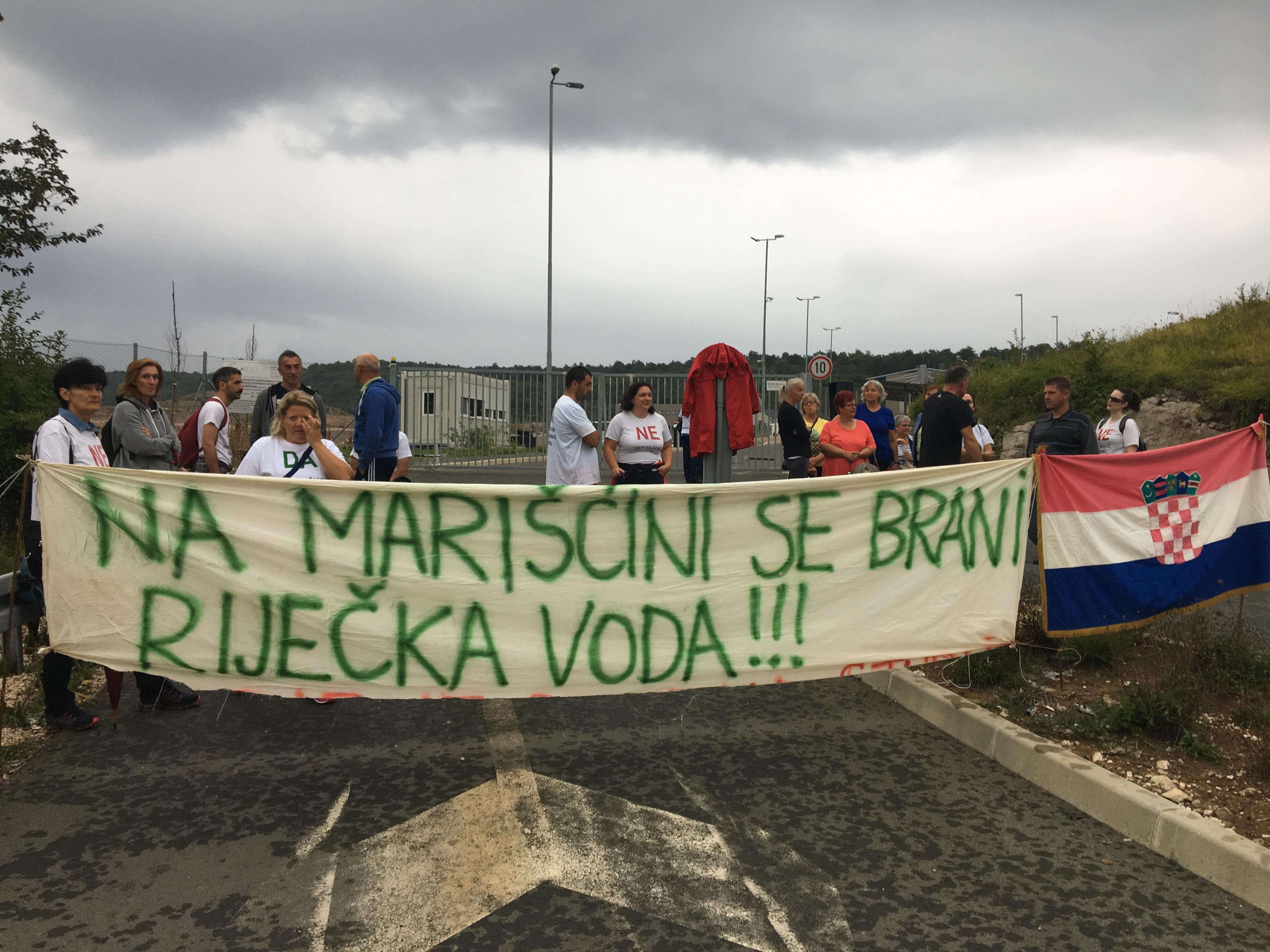 Građani i članovi udruge Krizni eko stožer Marinščina prosvjedovali ispred Centra za gospodarenje otpadom