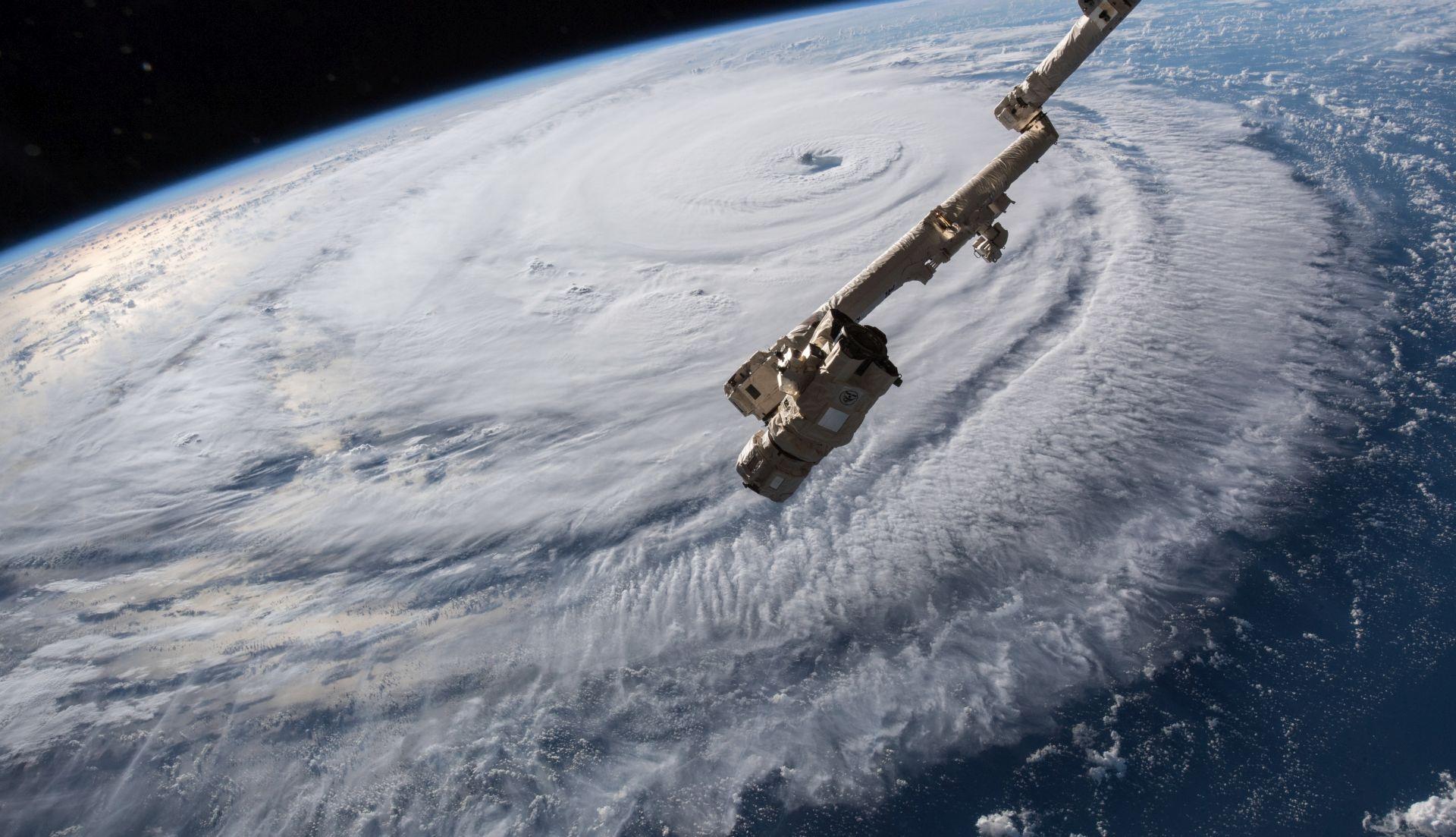 SAVRŠENA OLUJA Uragani i tajfuni