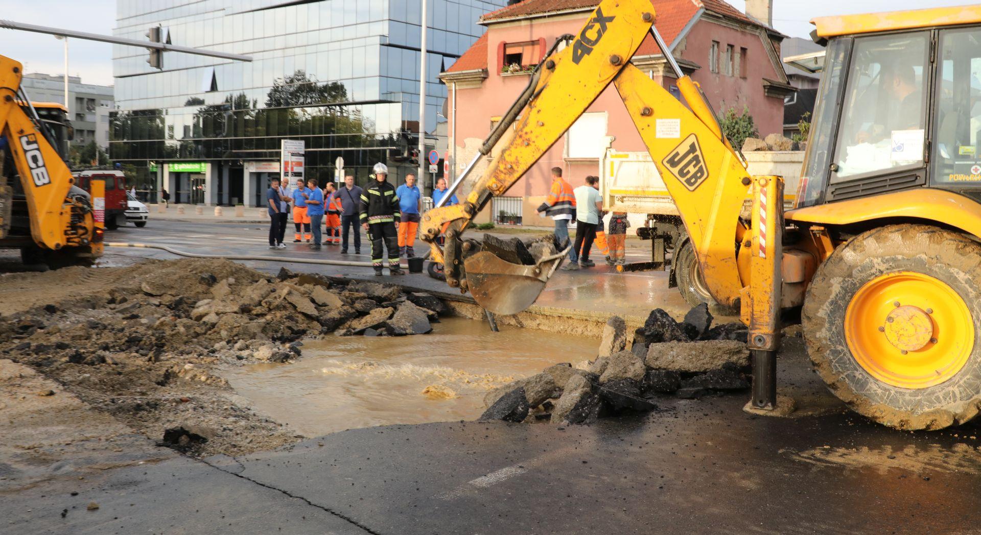 KAOS U ZAGREBU Zbog puknuća cijevi velike gužve, građani bez vode