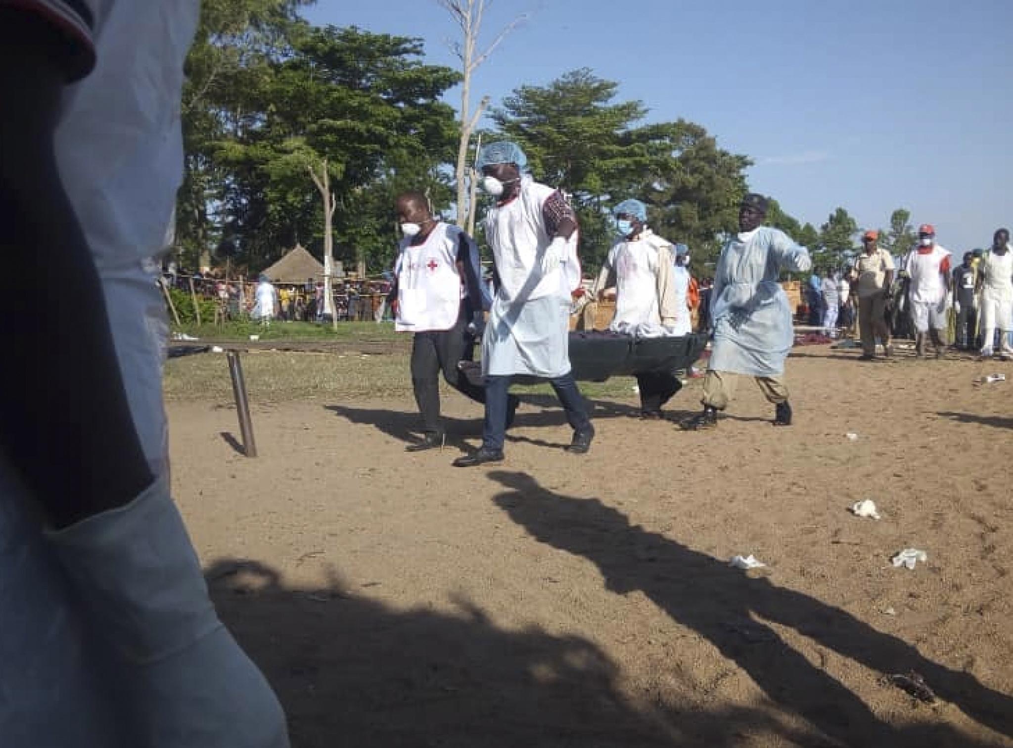 Iz prevrnutog tanzanijskog trajekta izvučen živ muškarac, 207 poginulih