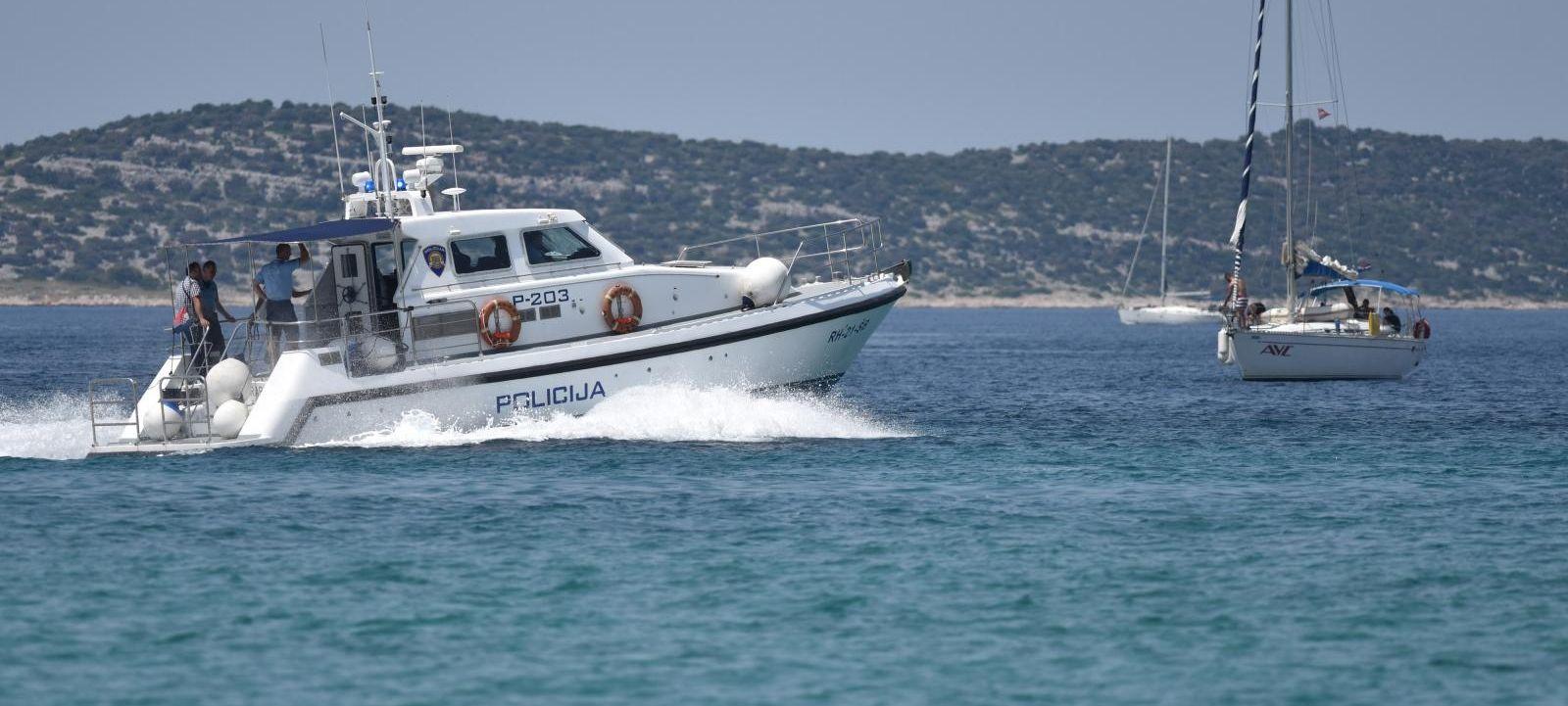 Kod Komiže eksplodirao i potonuo brod, jedna osoba teško ozlijeđena