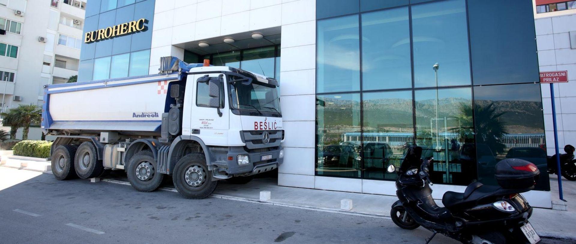 SPLIT Kamionima blokirao ulaze u osiguravajuću kuću