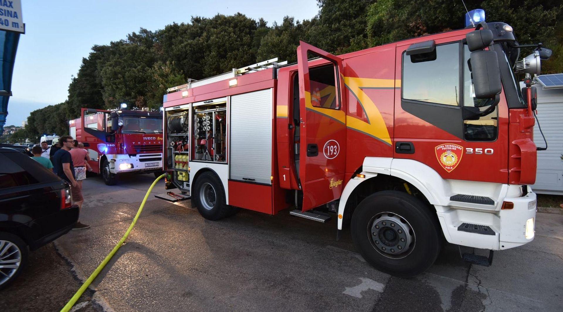 Požar na ribarici kod Zadra, u pomoć stigao i trajekt