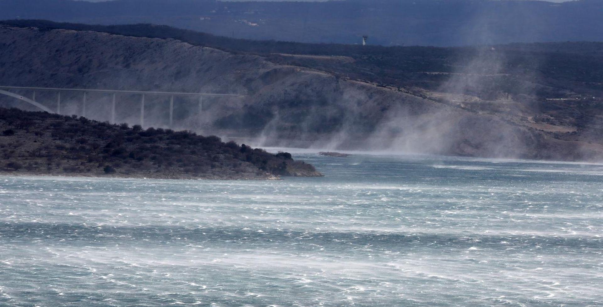 Olujni vjetar otežava promet, problemi i u pomorskom prometu