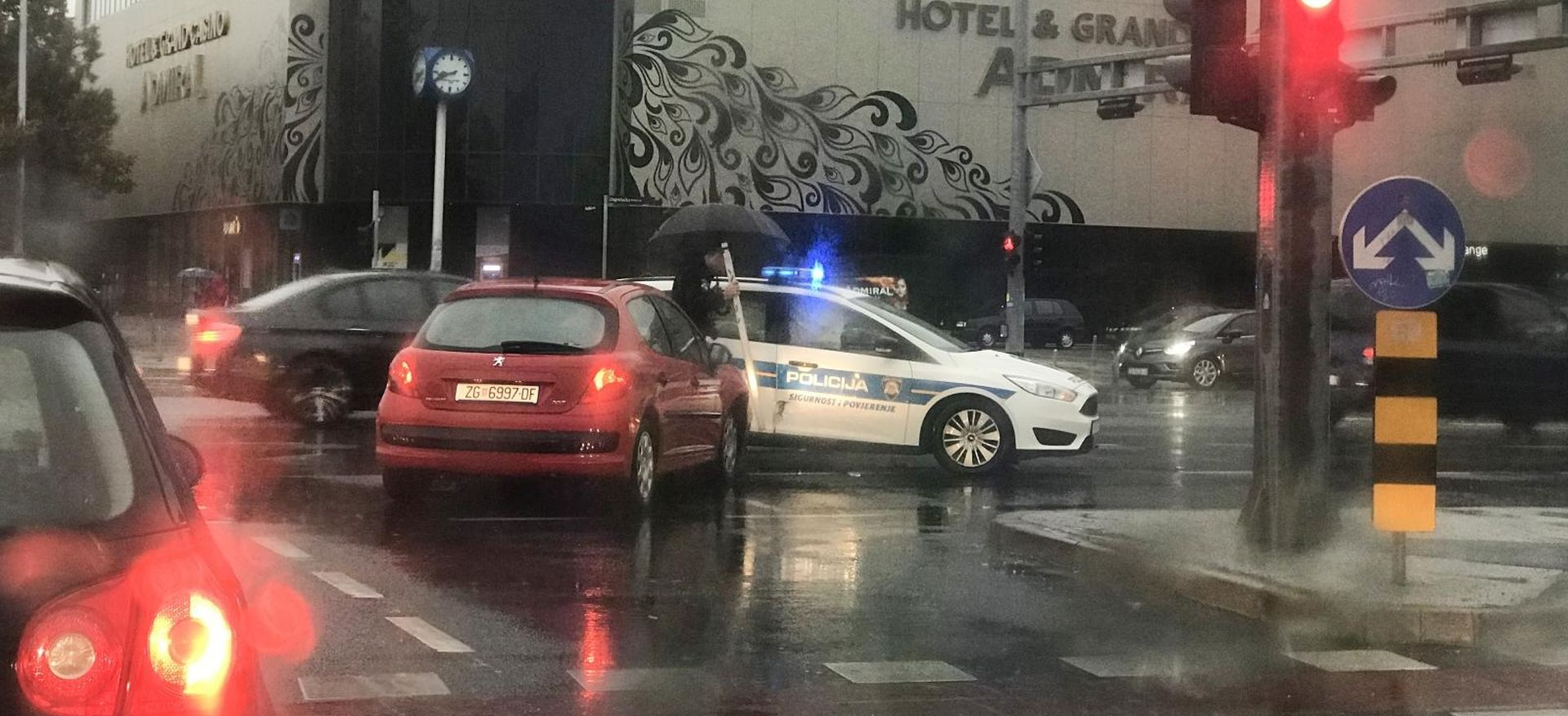 PROMETNA KOD RUDEŠKE Osobnim automobilom zabio se u policijski auto