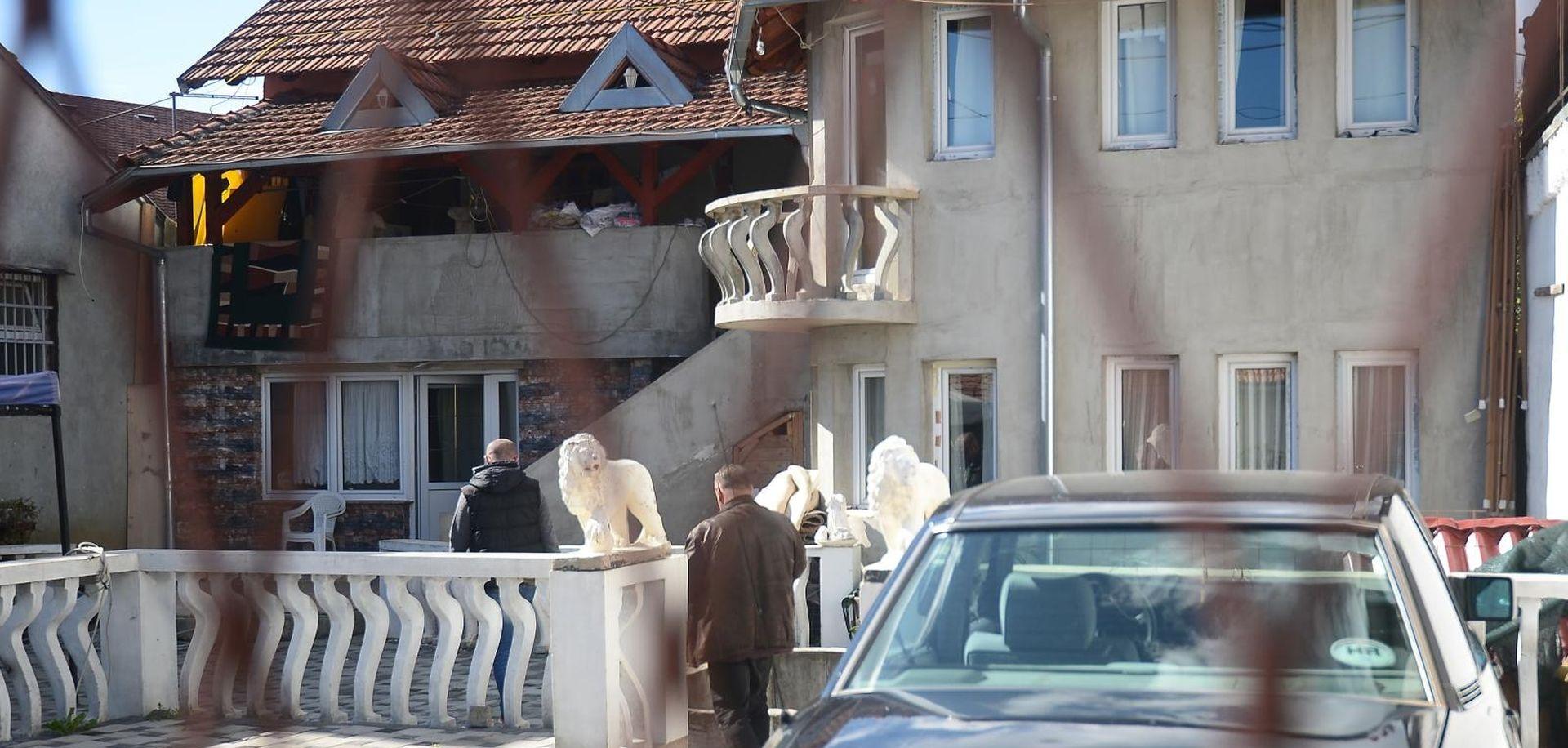 FOTO: Pucali iz auta ispred kuća romskih obitelji u Dubravi?