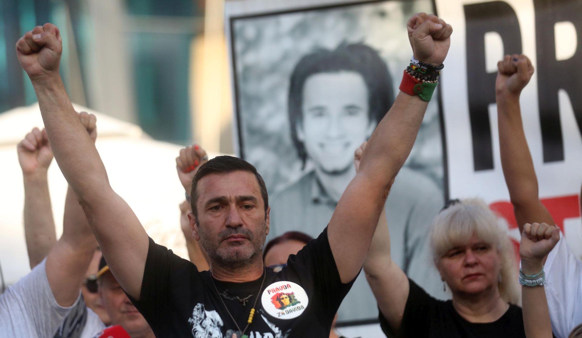 Želeći istinu o smrti sina smeta Dodiku