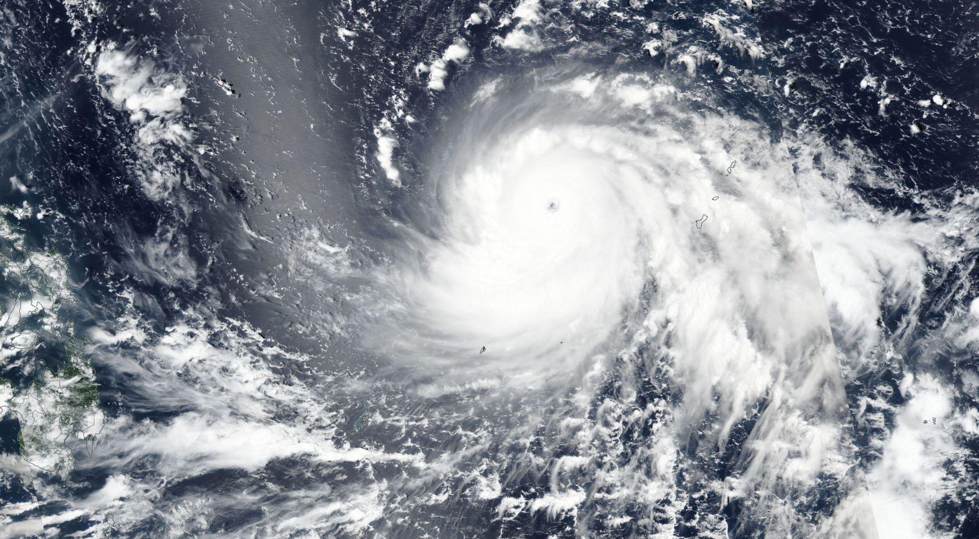 FILIPINI Tajfun Mangkhut dojurio s 270 km/h