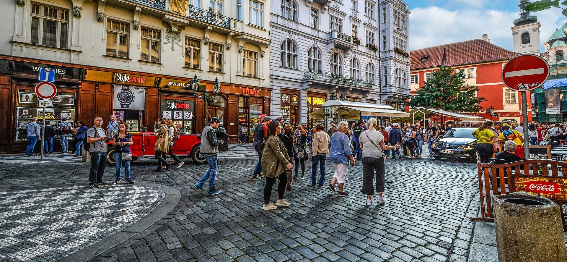 Pješaci u Pragu nenamjerno gaze po židovskim nadgrobnim spomenicima