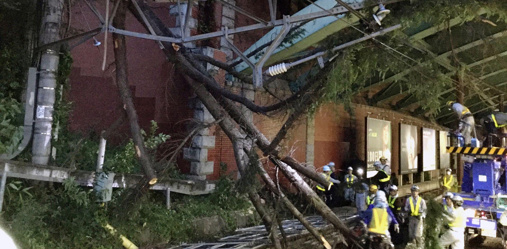 Dvoje mrtvih, 100 ranjenih u naletu tajfuna na Japan