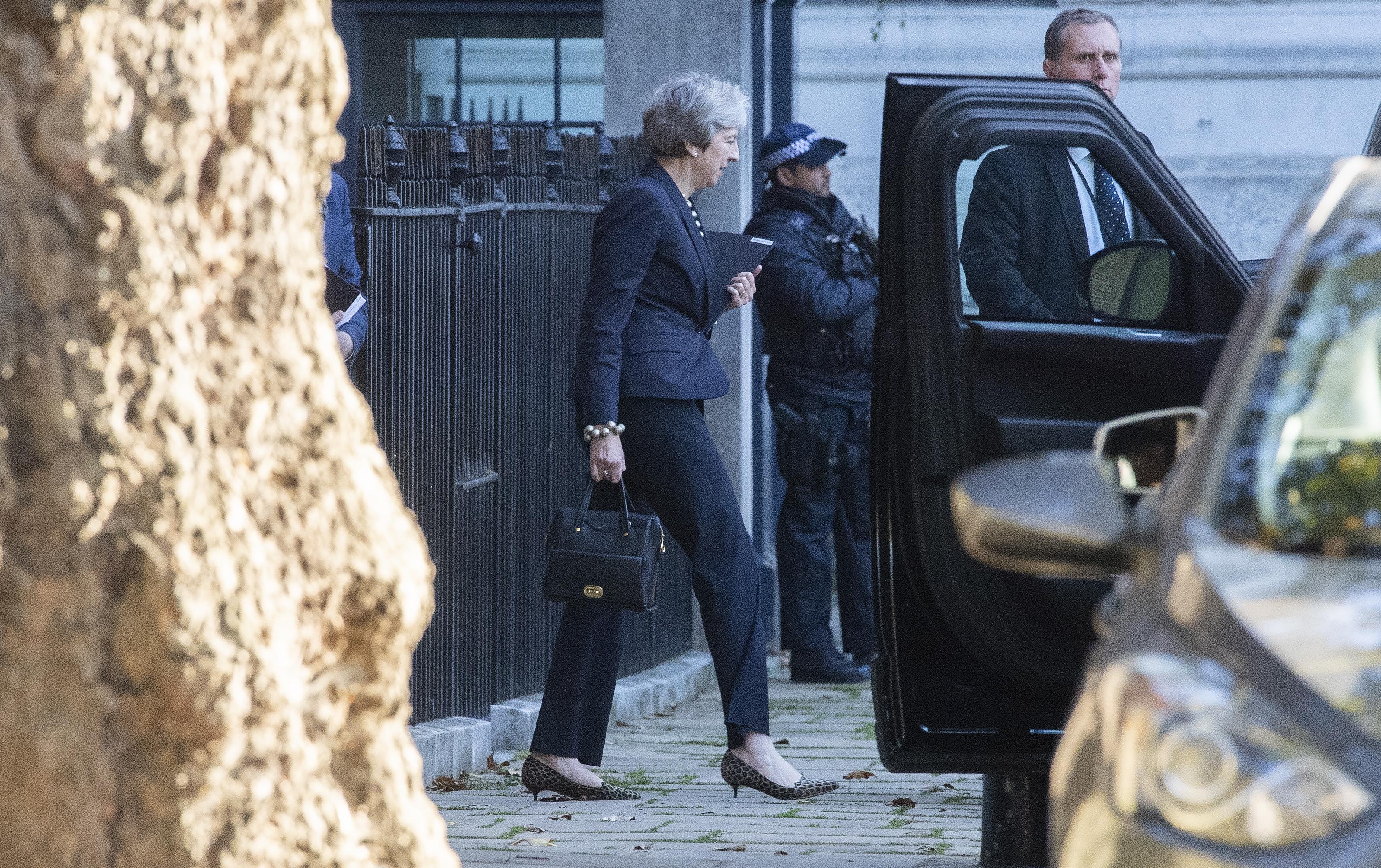 May pokušava smiriti napetosti oko Brexita