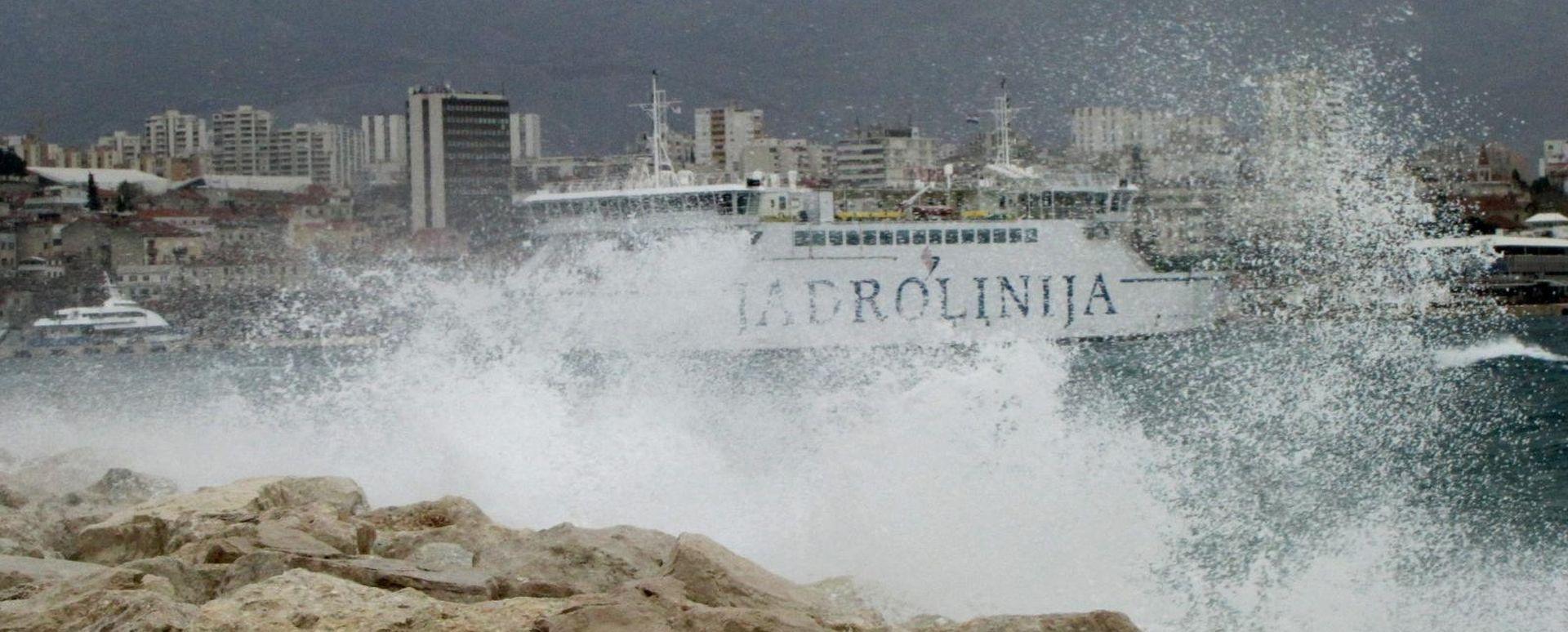Kolnici mokri i skliski, u prekidu većina trajektnih i katamaranskih linija