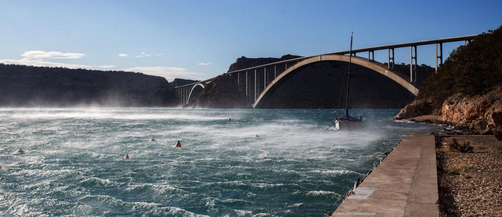 Olujni vjetar ometa cestovni i pomorski promet