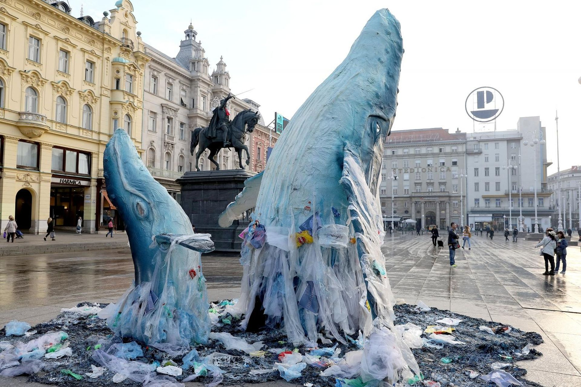 FOTO: Greenpeace doveo kitove na Jelačićev trg