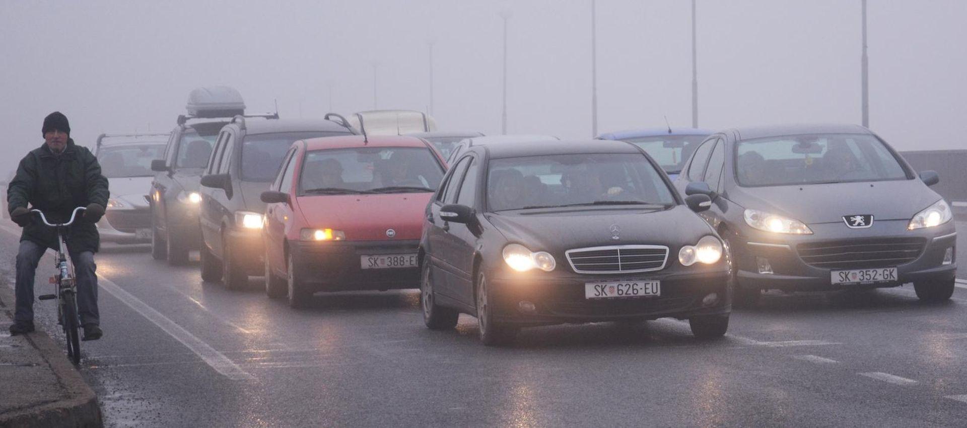 Magla smanjuje vidljivost, gust promet na gradskim prometnicama