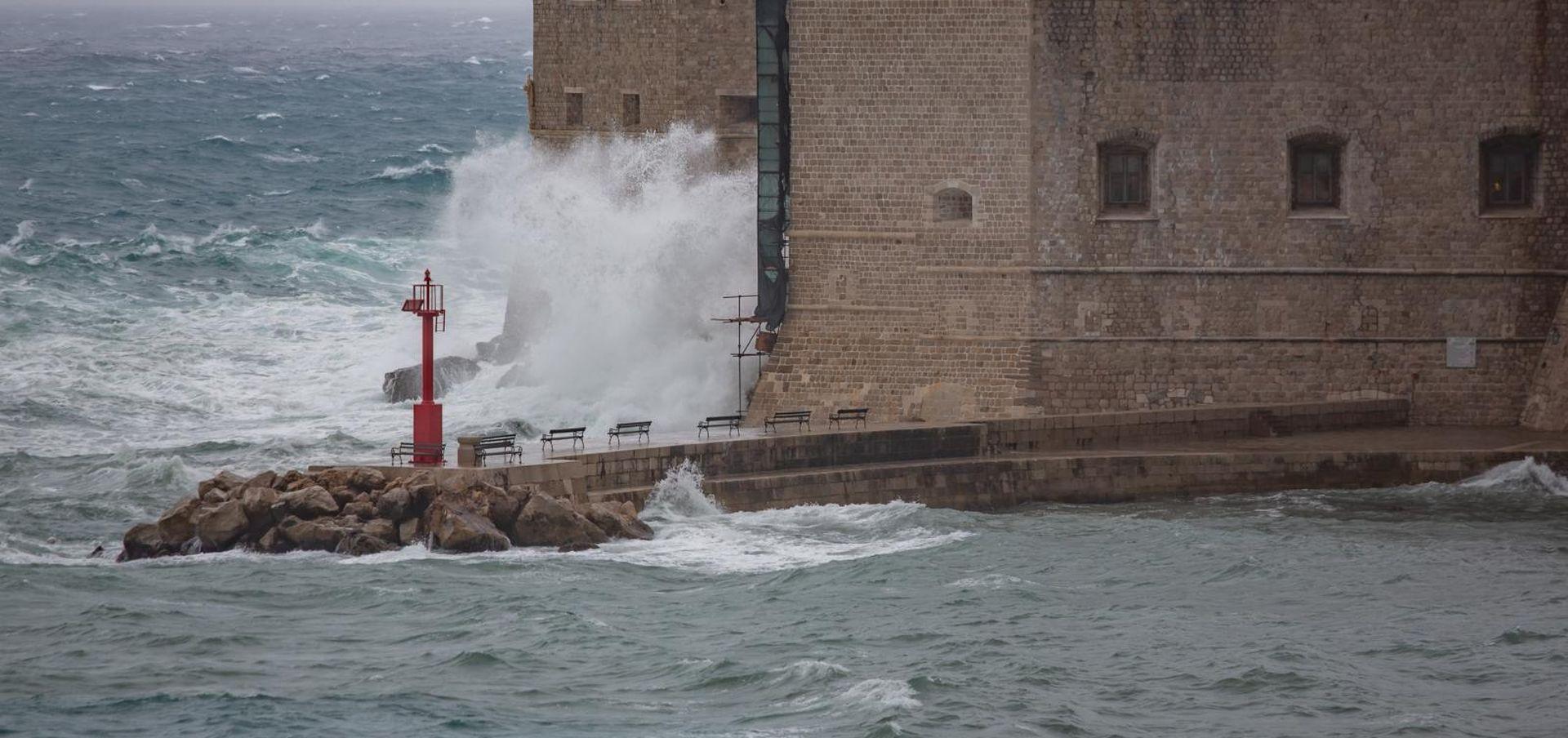 Kišno i vjetrovito, crvena upozorenja za cijelu obalu