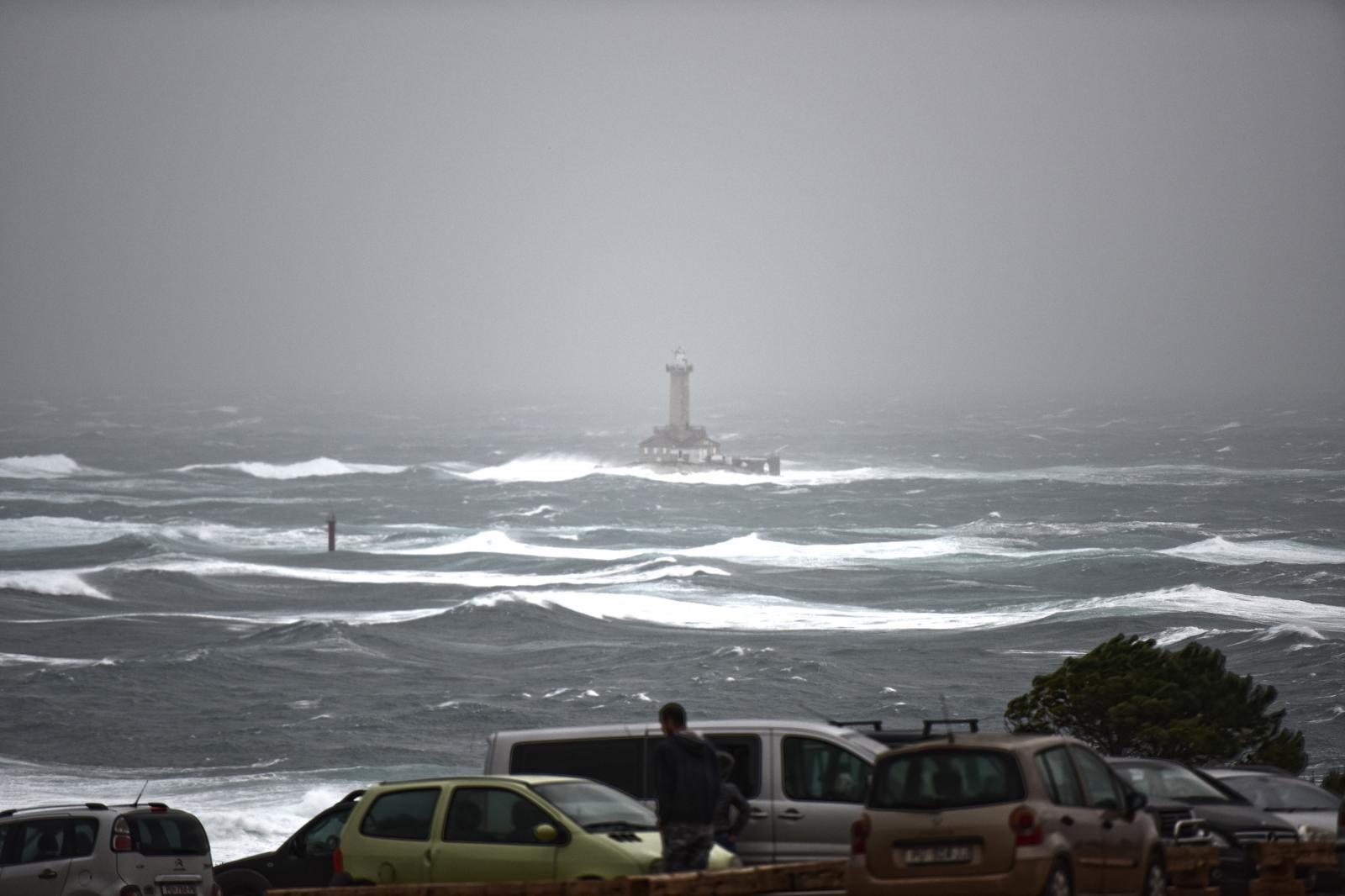 ISTRA Jedan od dvojice nestalih surfera dokopao se kopna
