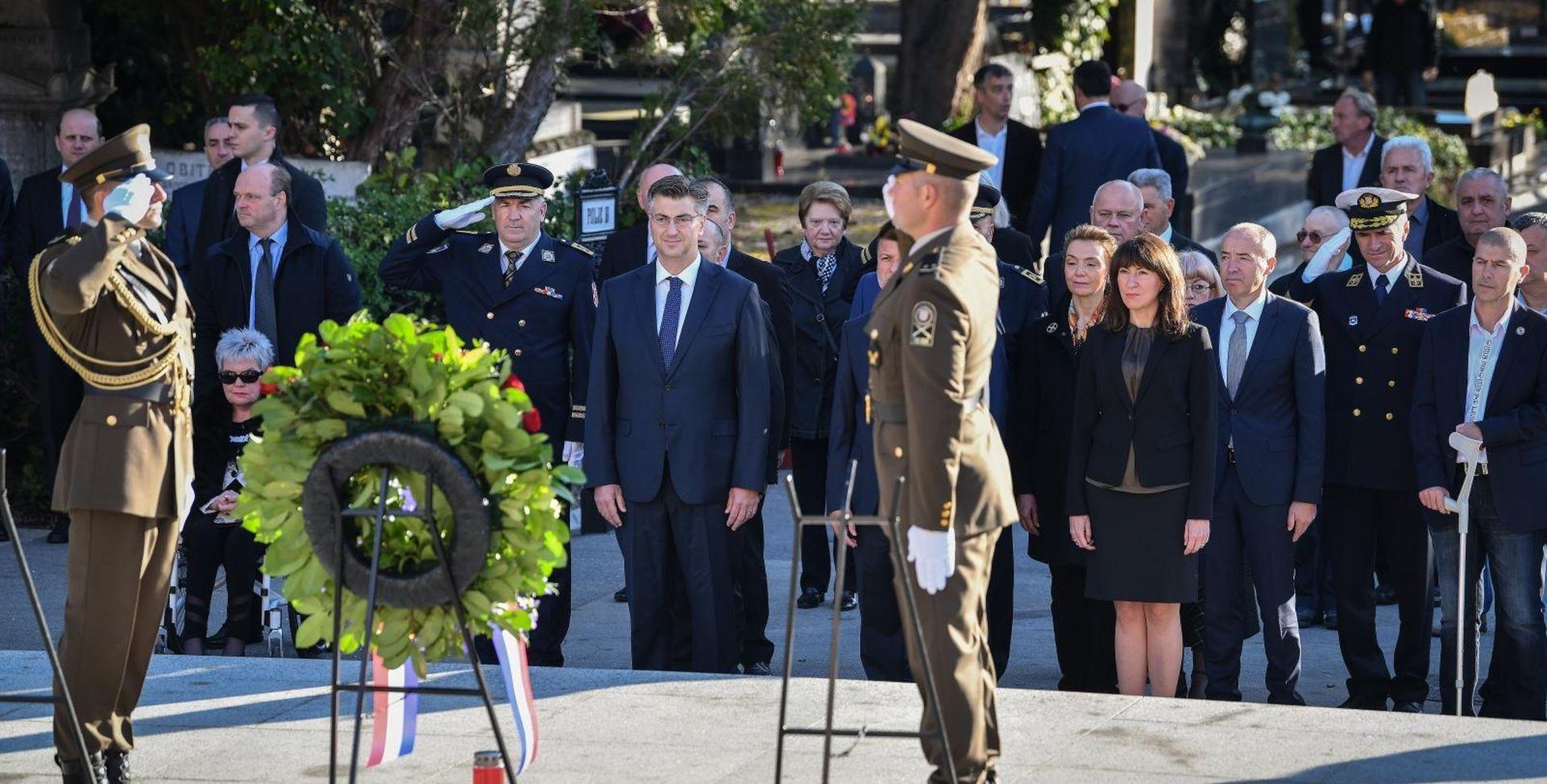 Državni vrh položio vijence i zapalio svijeće na Mirogoju
