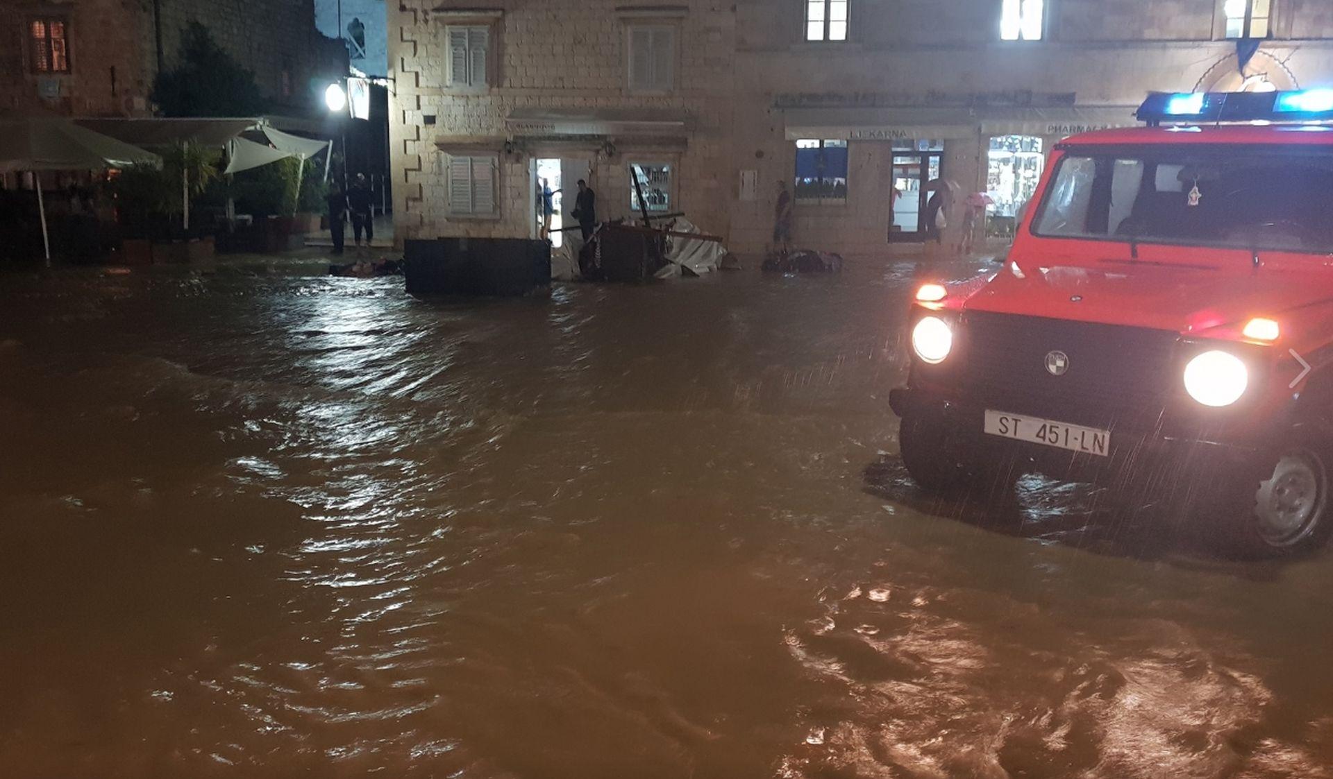 Obilna kiša poplavila hvarske ulice i apartmane