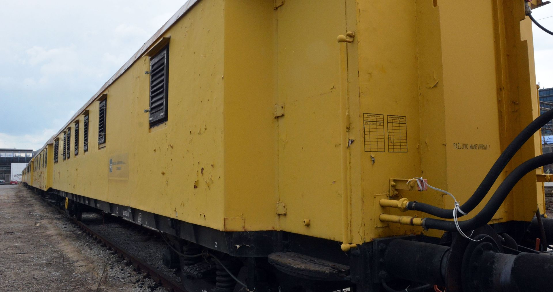 PLAŠKI Iskočio vagon i udario u lokomotivu