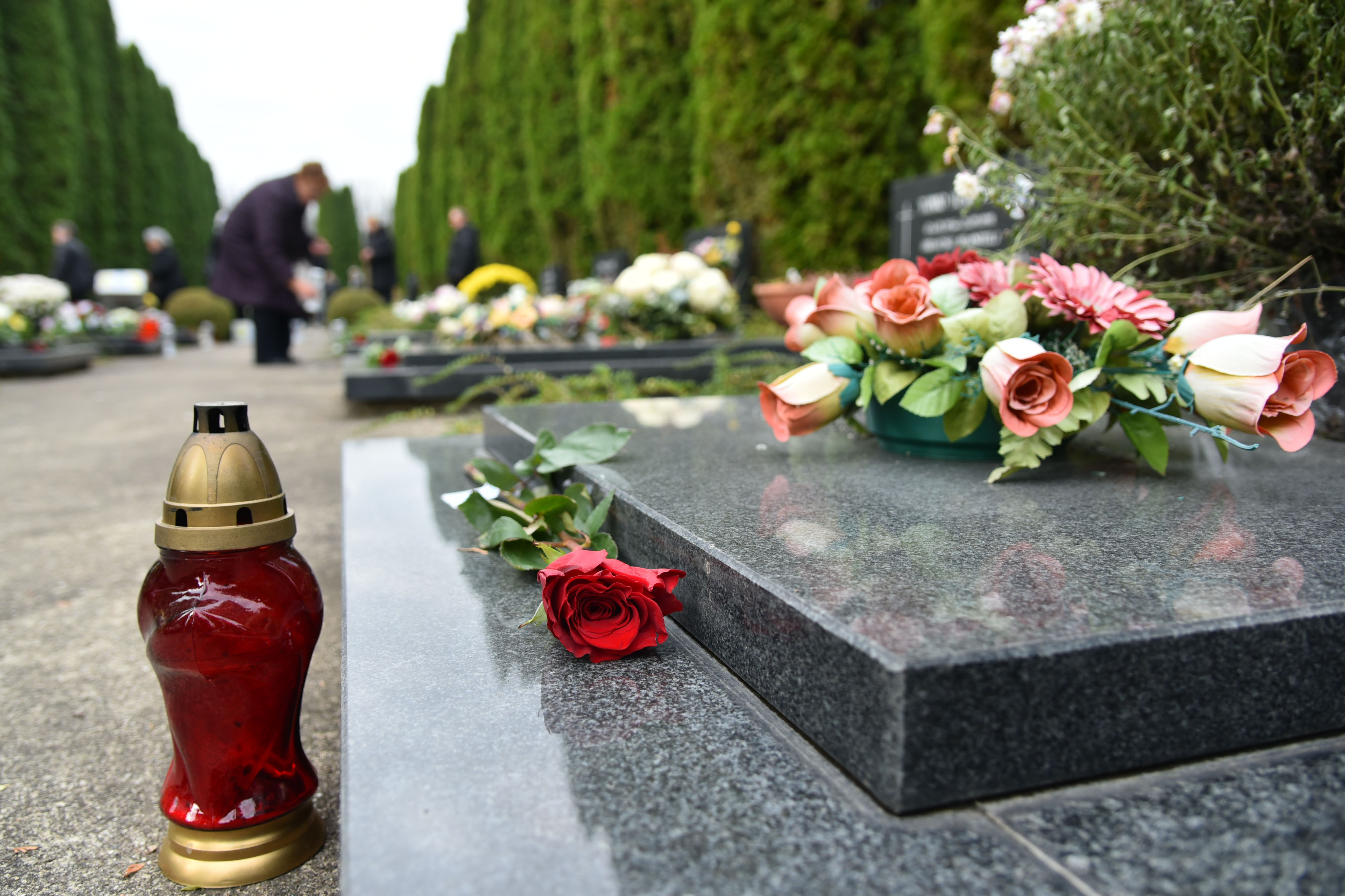 VUKOVAR Položene ruže i zapaljene svijeće na grobovima branitelja