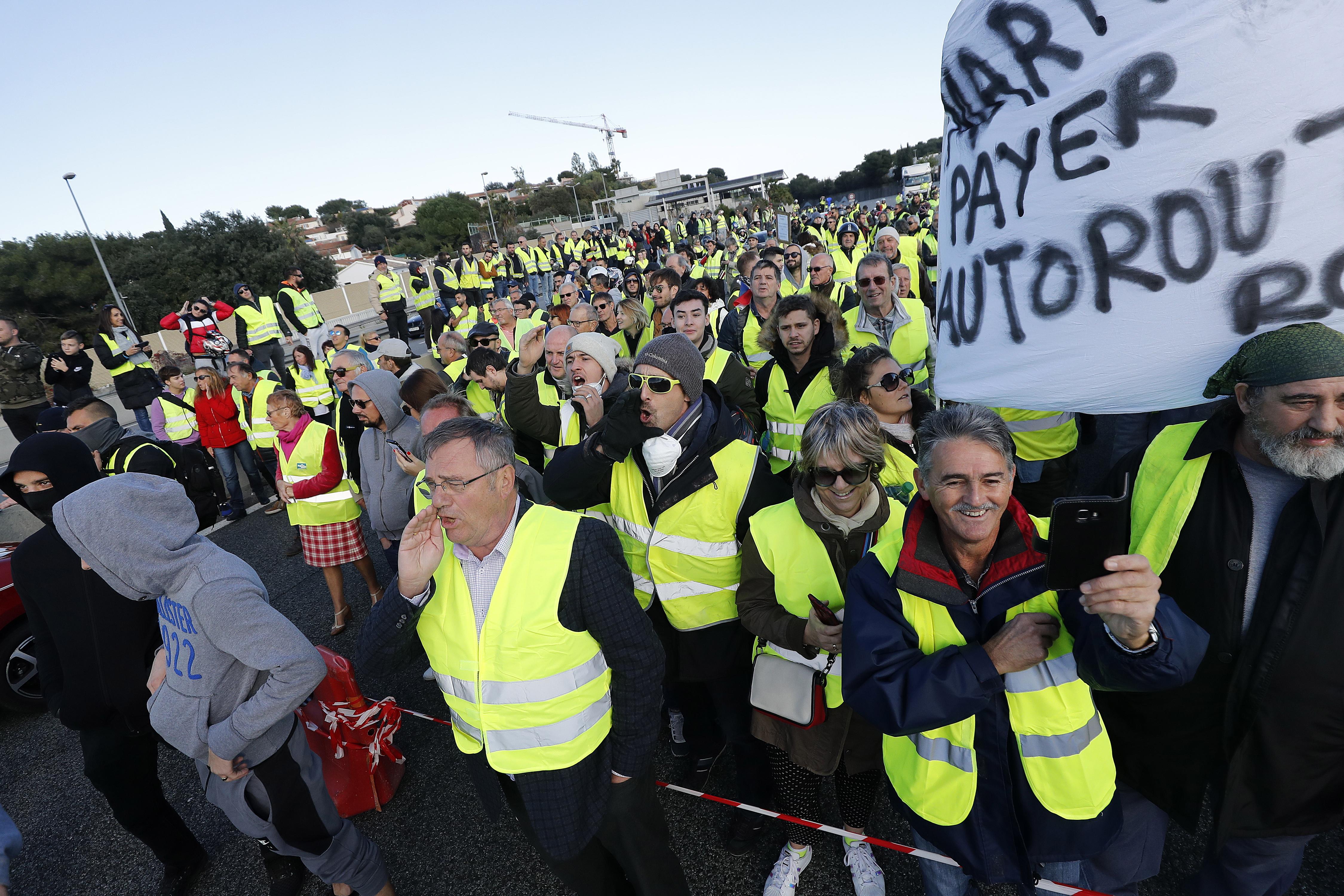 """PARIZ Policija suzavcima i vodenim topovima po """"žutim prslucima"""""""