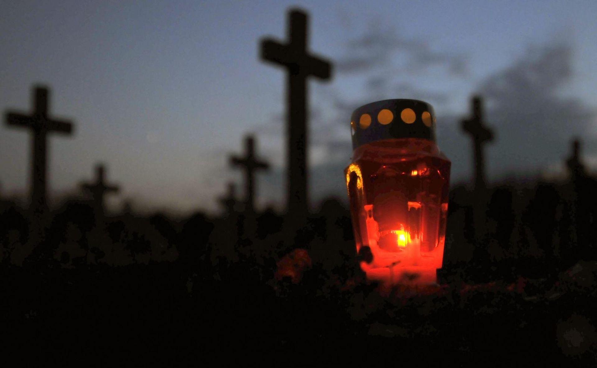 Tisuće ljudi stiže u Vukovar, odaju počast na Memorijalnom groblju