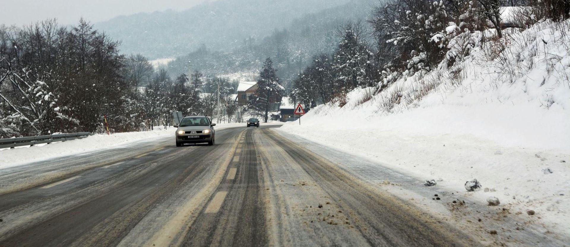 Snijeg otežava vožnju, prekidi u pomorskom prometu