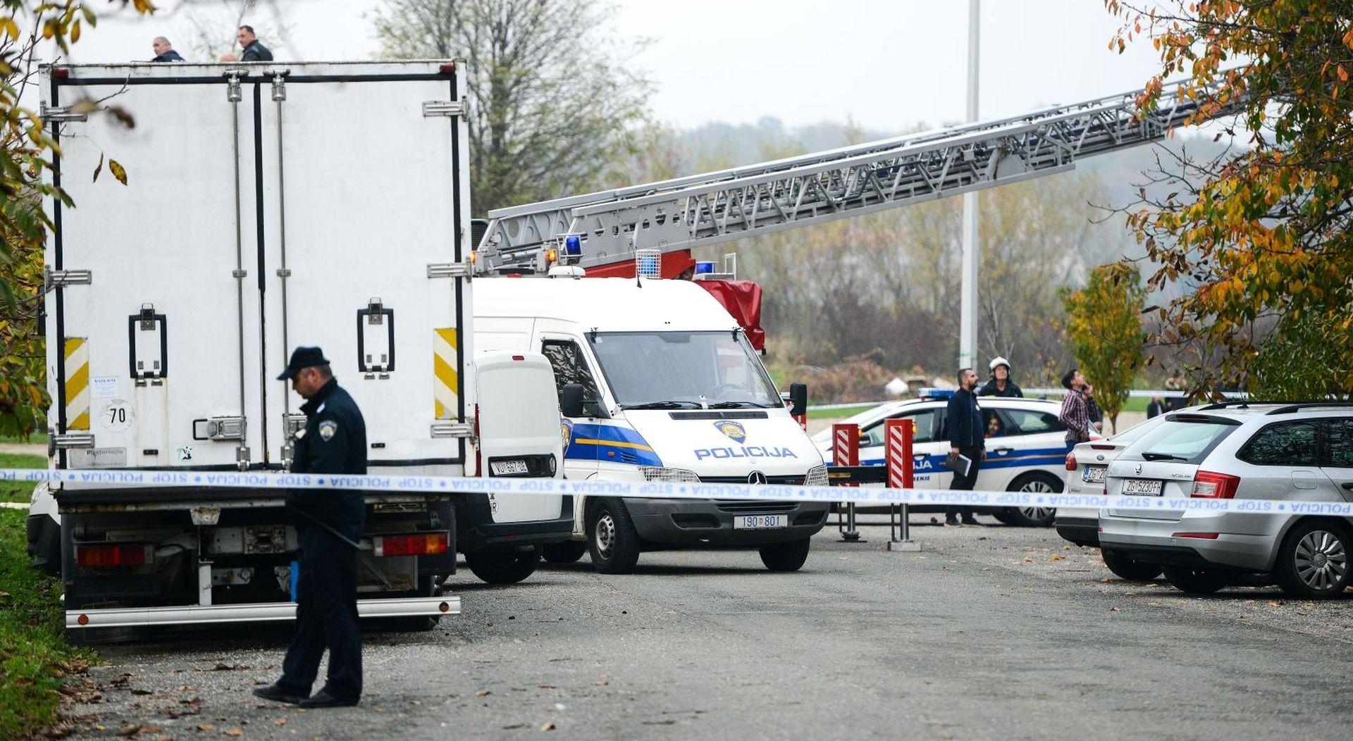 FOTO: Zagrebačka policija iz kamiona izvlačila sumnjive pakete