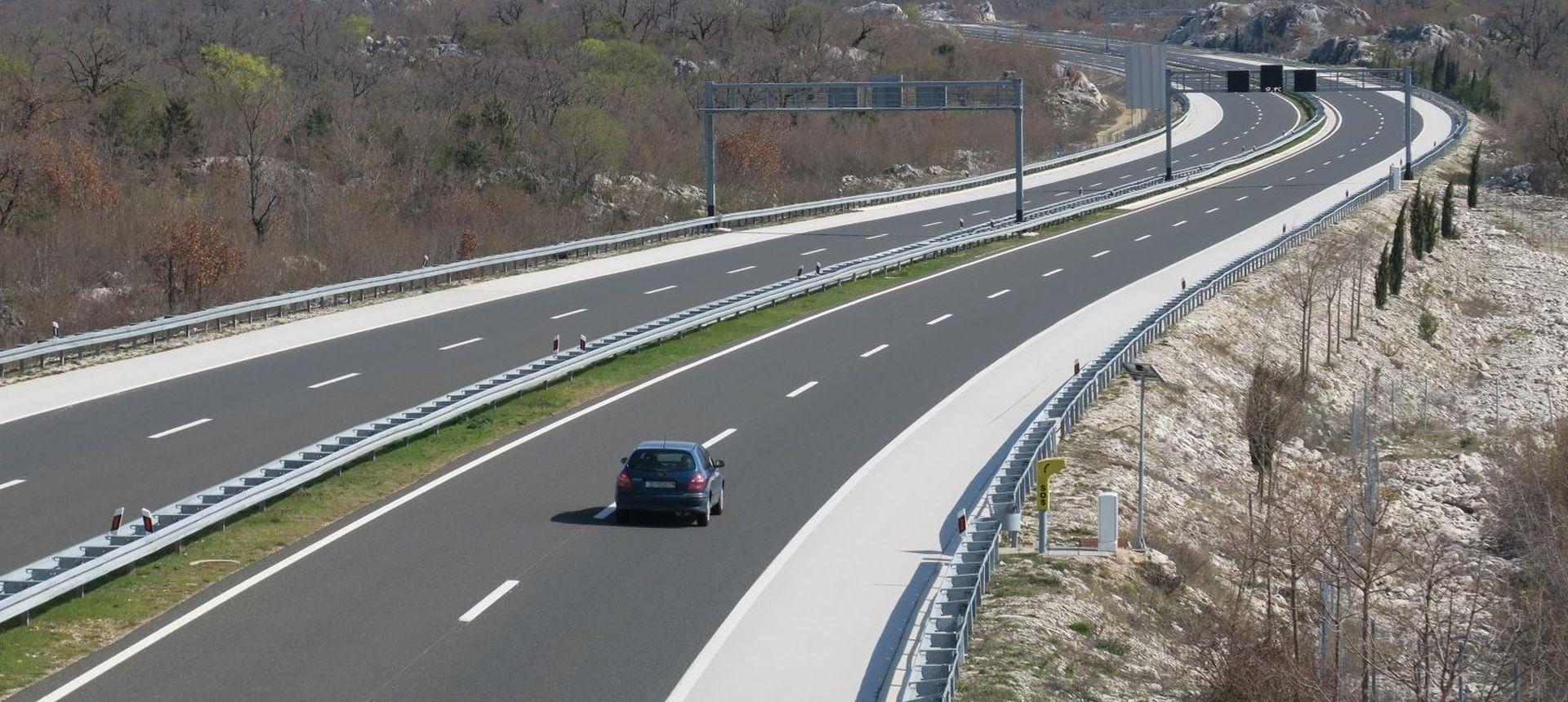Kolnici skliski, prekinut promet između Omiša i Makarske