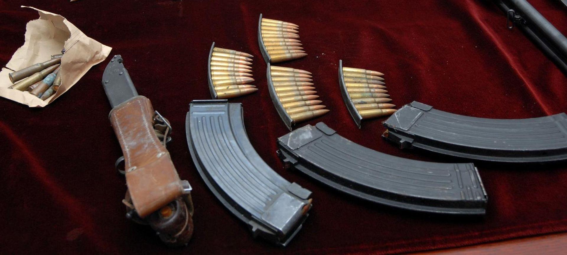 Čistio dvorište pa pronašao hrpu oružja, predao ga policiji